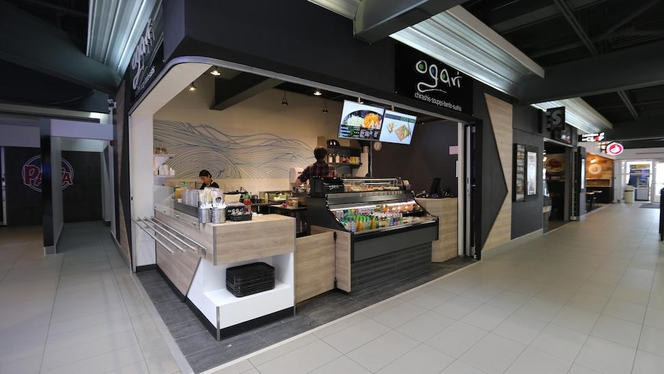 Un comptoir de restaurant d'inspiration asiatique.