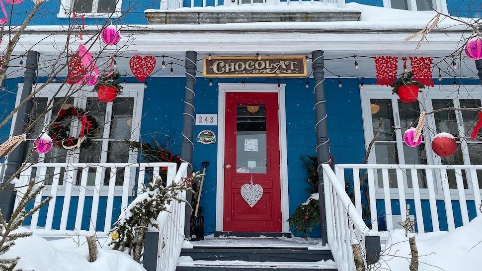 Un écriteau « Chocolat » surplombe la porte rouge de la chocolaterie de Julie Vachon.