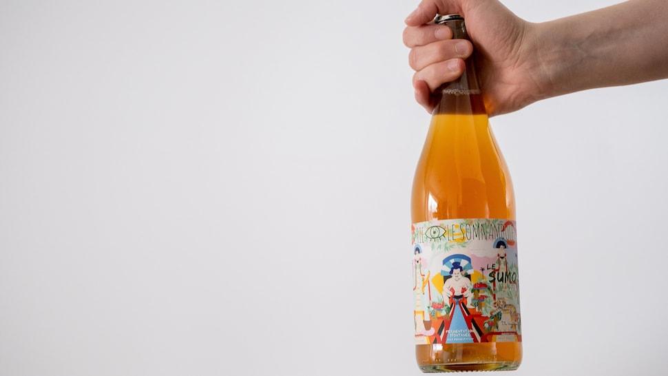 Une bouteille de cidre québécois sur fond blanc.