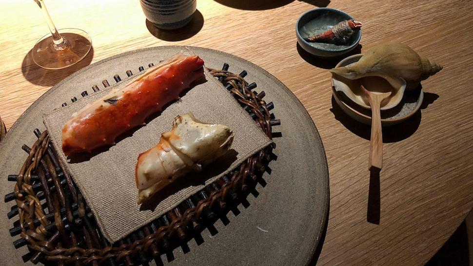 Crabe royal de l'Arctique, émulsion de raifort et griffe de crabe entourée d'un morceau de corde en lin en guise de cure-dents.