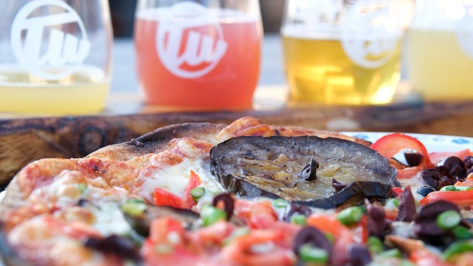 La pizza végétarienne à l'aubergine cuite sur feu de bois disponible à la microbrasserie Trailway Brewing CO.