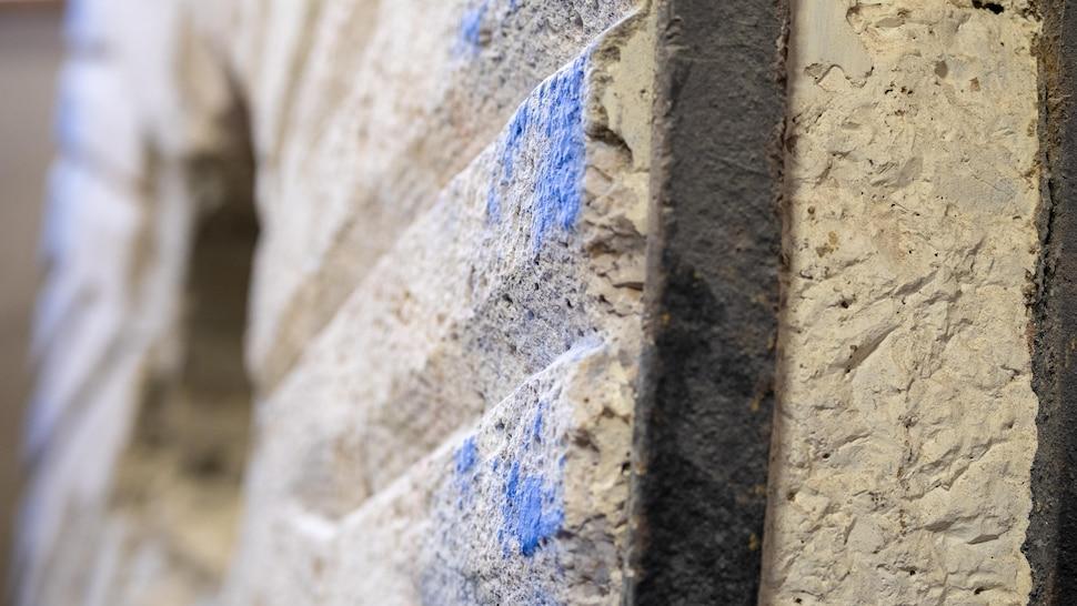La texture d'une pierre de meunerie.