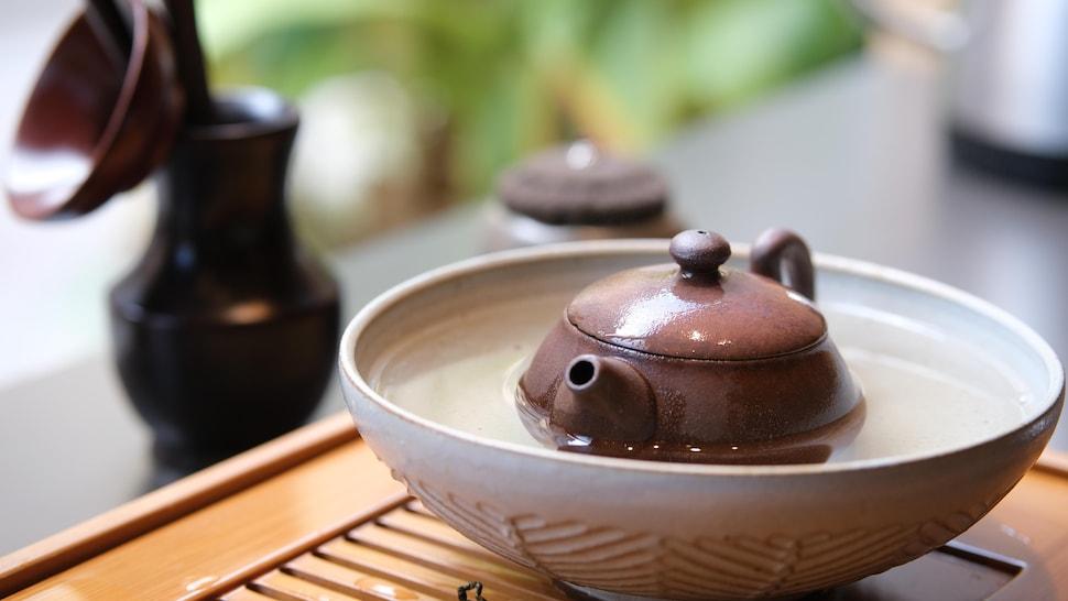 La théière est réchauffée directement dans l'eau. Une fois la bulle d'eau rétractée dans le bec verseur, le thé est prêt à servir.