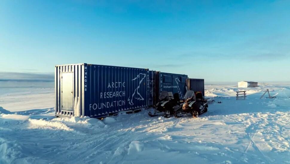 Des conteneurs maritimes dans la neige.