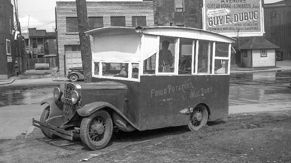 Une voiture à frites stationnée au coin des rues Bordeaux et Ontario.