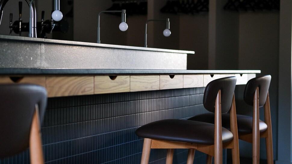 Un comptoir de restaurant.