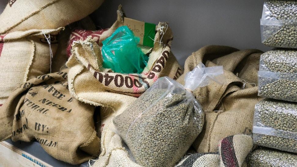 Des sacs de café vert.
