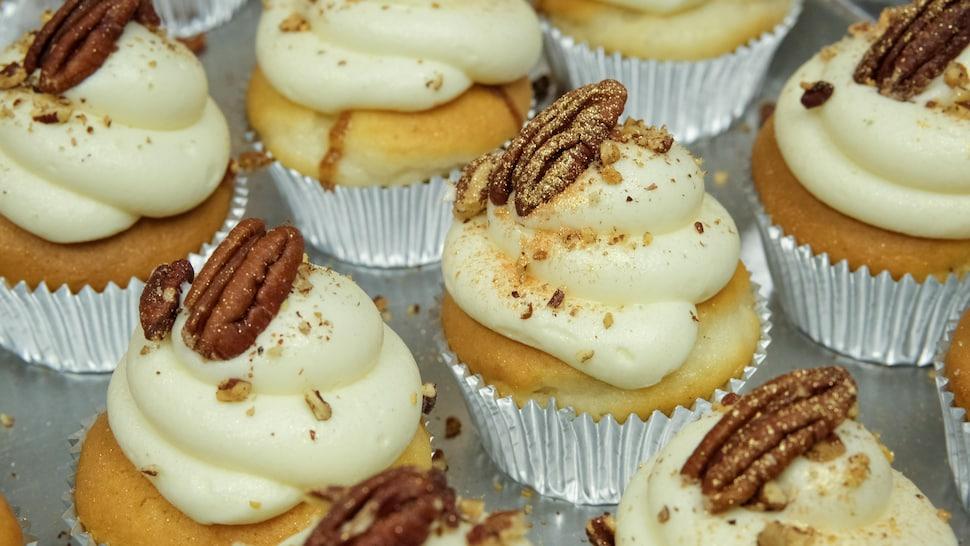 De la poudre d'or sur un cupcake.