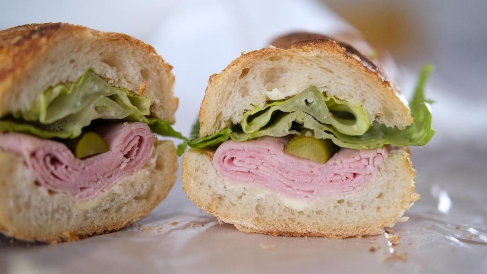 Un sandwich jambon-beurre avec du jambon et du beurre.