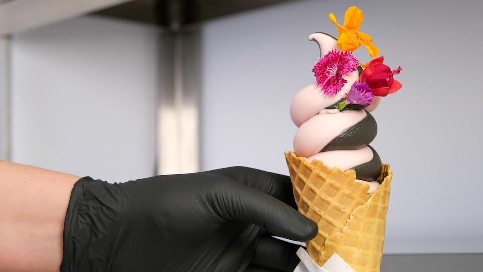 Un cornet de crème glacée rose et noire.