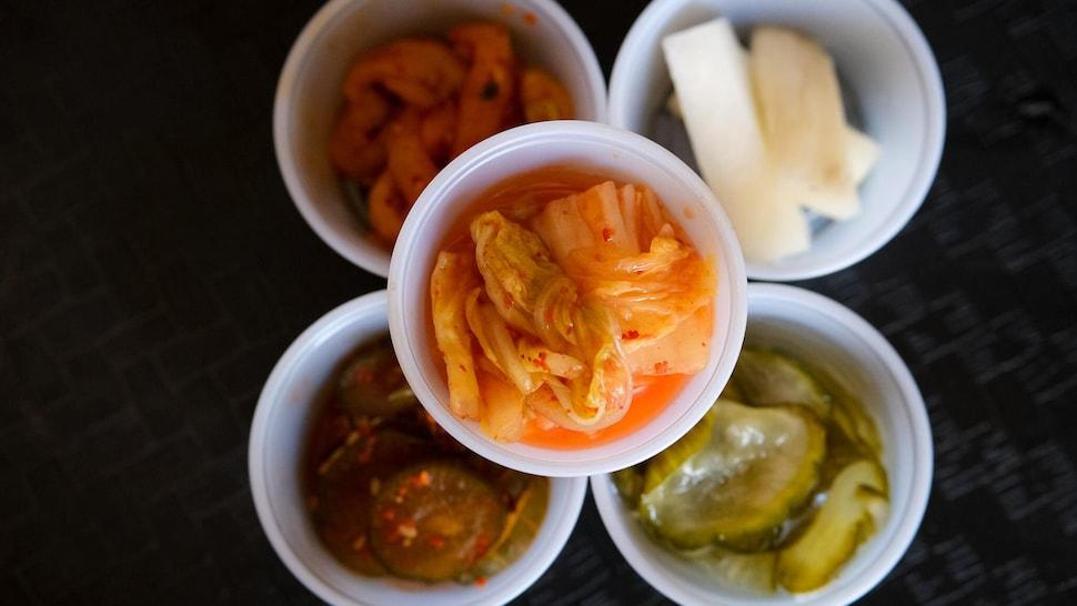 Le kimchi de la cheffe Kim ainsi que des légumes fermentés maison : daikon et concombre.