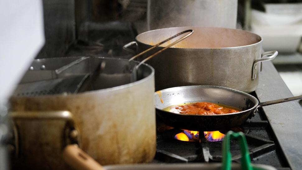 Des casseroles sur le feu.