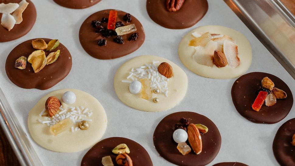 Un plateau de mendiants au chocolat.