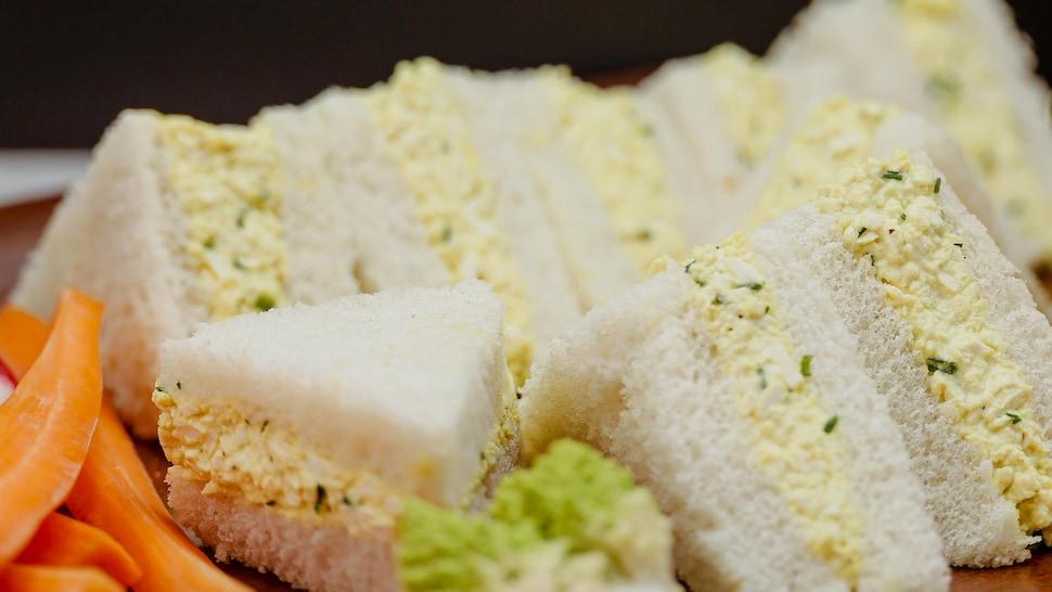 Une assiette remplie de sandwich pas de croûte à la salade faux-oeufs.