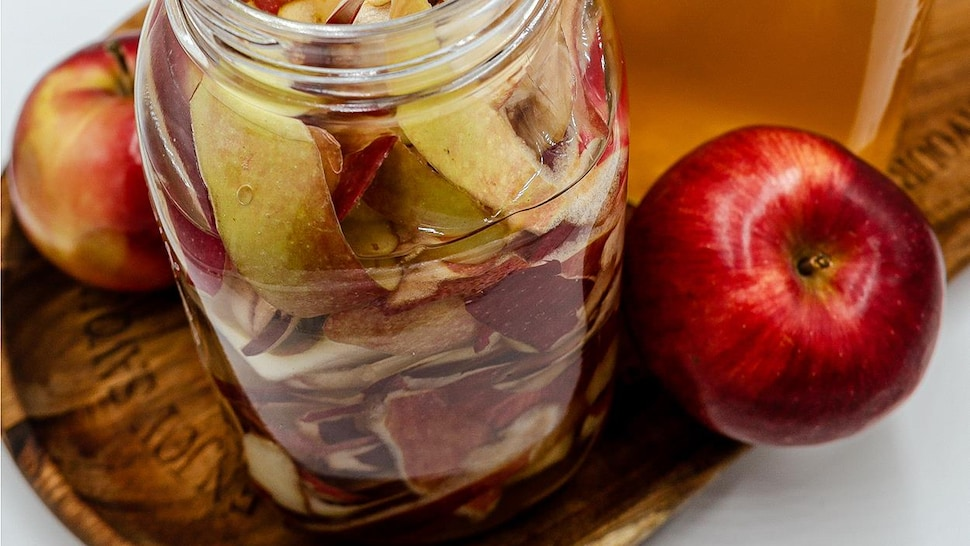 Un pot Mason remplit de pelures de pommes.