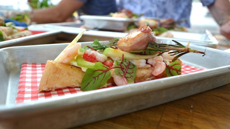 Guédilles aux crevettes dans une assiette blanche avec un papier à carreaux