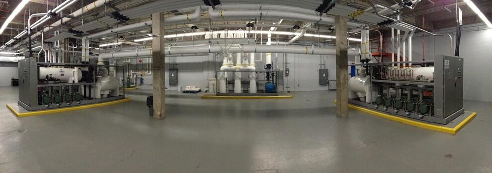 On voit une salle de machines avec de la tuyauterie.