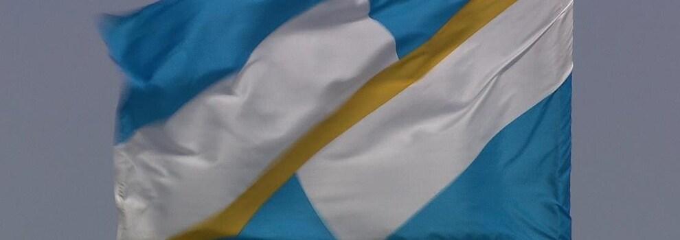 drapeau bleu-blanc-or au vent