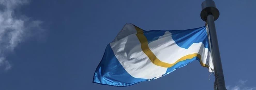 Un drapeau dans le vent.