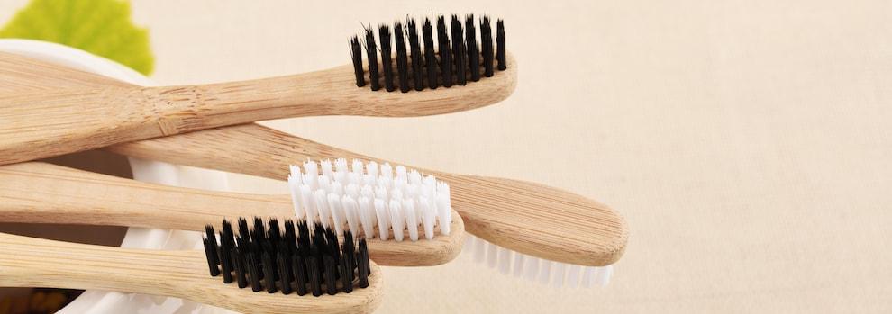 Des brosses à dents en bois.