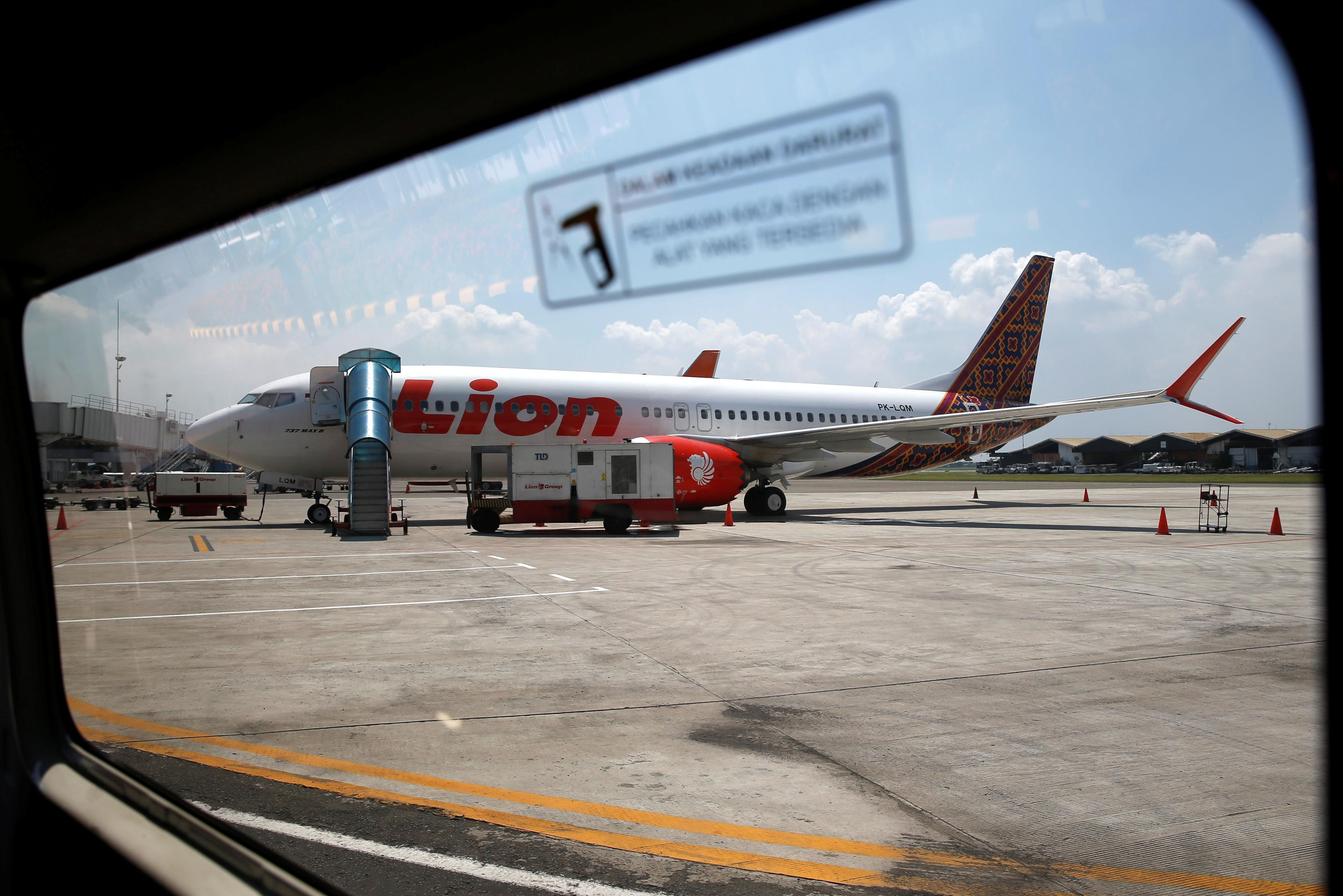 Un avion Boeing 737 MAX 8 de la compagnie indonésienne Lion Iar attend sur le tarmac d'un aéroport, près de Jakarta.