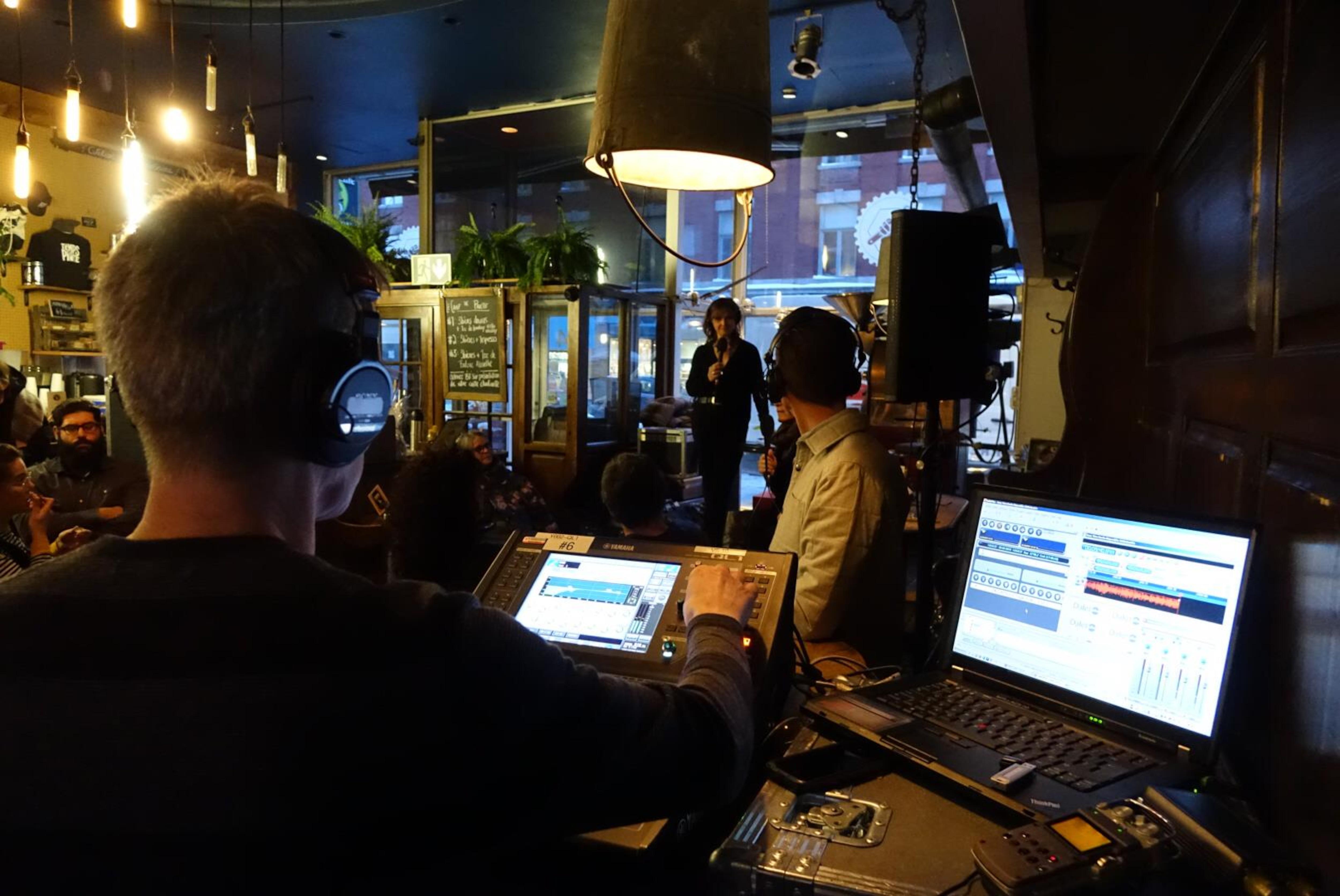 L'animatrice de  l'émission scientifique «Les années-lumière» Sophie-Andrée Blondin   se tient debout devant le public assis aux tables de la microbrasserie Le temps d'une pinte à Trois-Rivières pour l'enregistrement de l'émission.