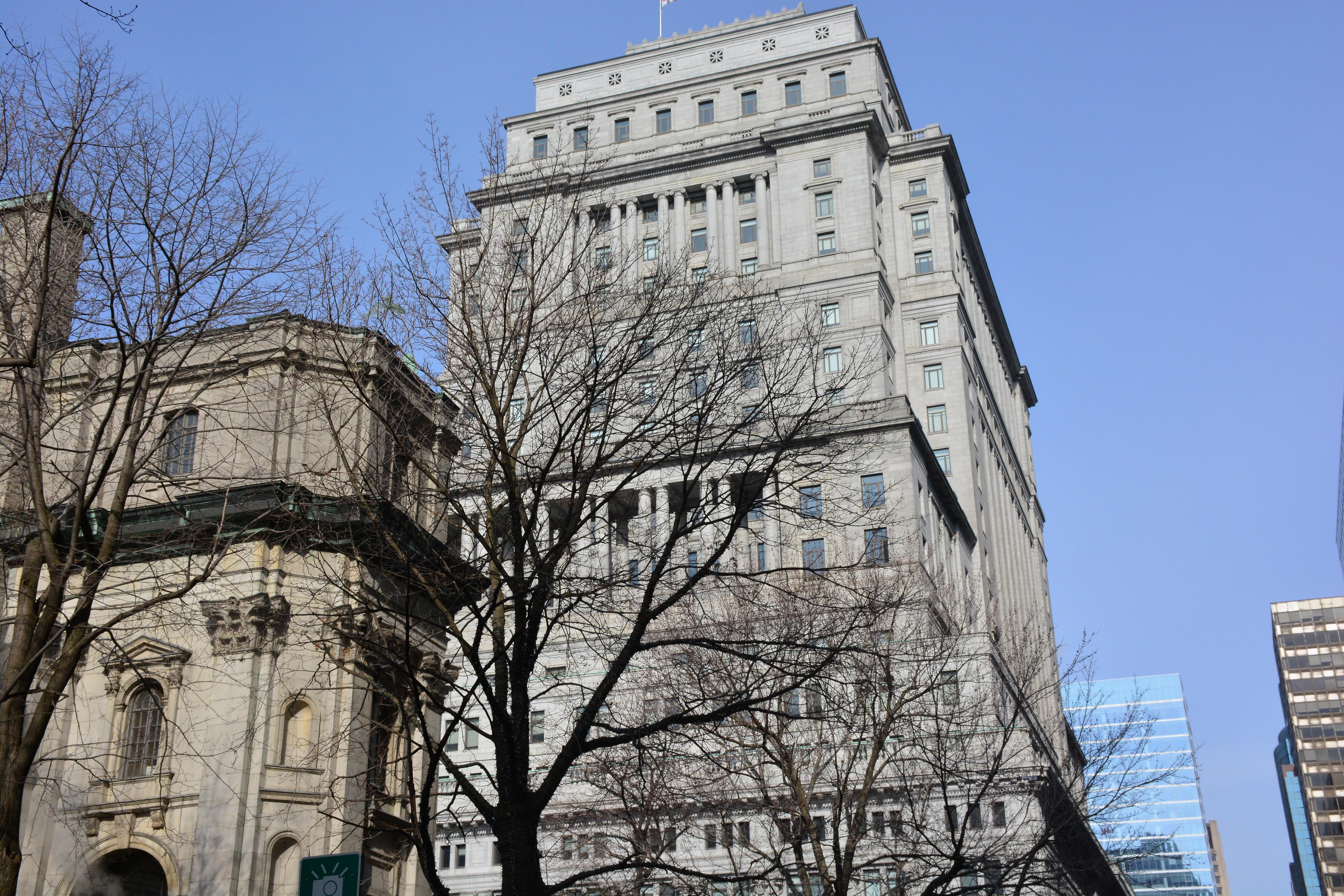 L'édifice Sun Life à Montréal est fait de pierres grises et se distingue par ses imposantes colonnes. Il est situé en face du Square Dorchester à Montréal.