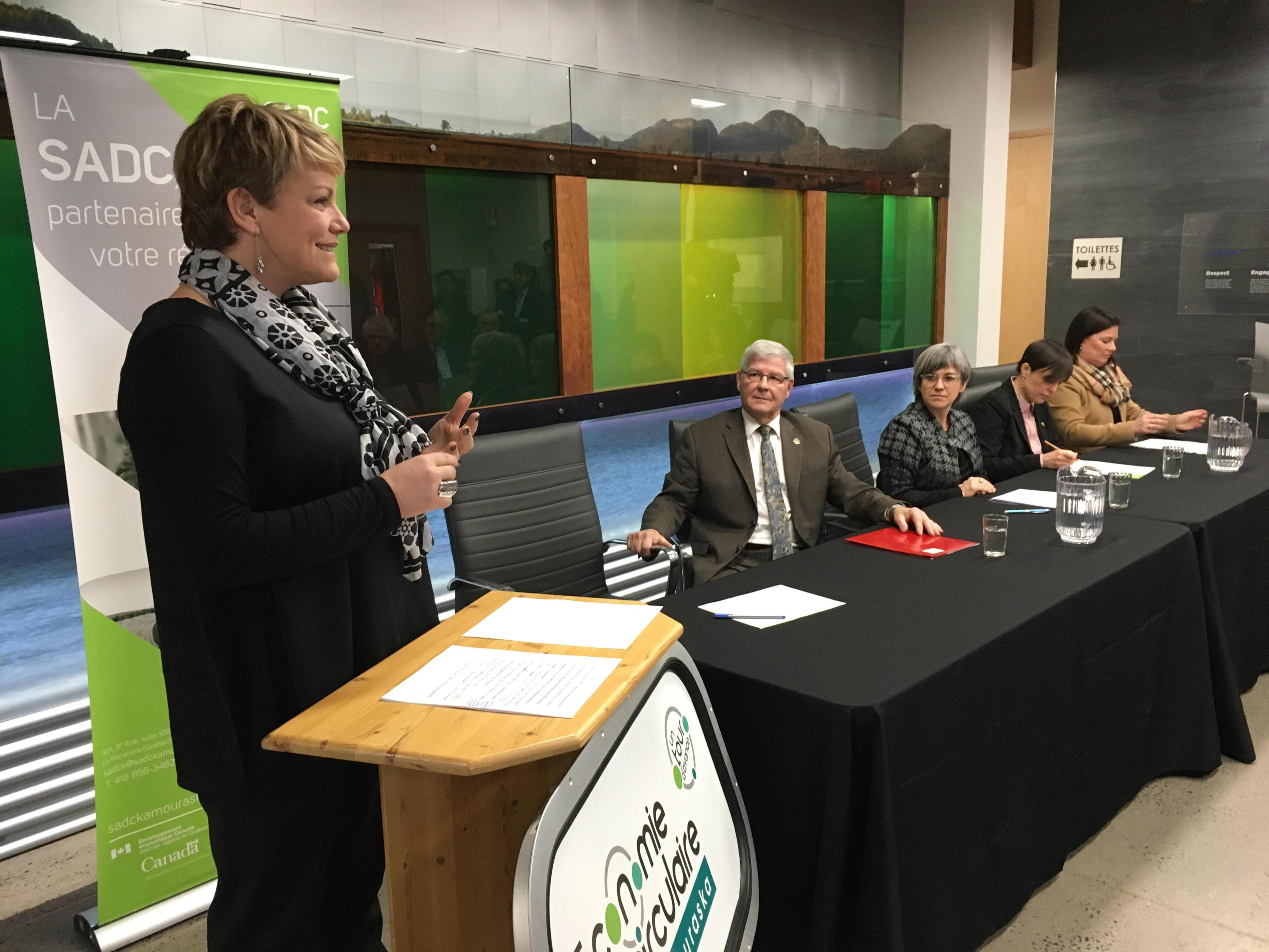 La ministre de l'Environnement, Isabelle Melançon, prend la parole devant les gens présents à l'annonce.