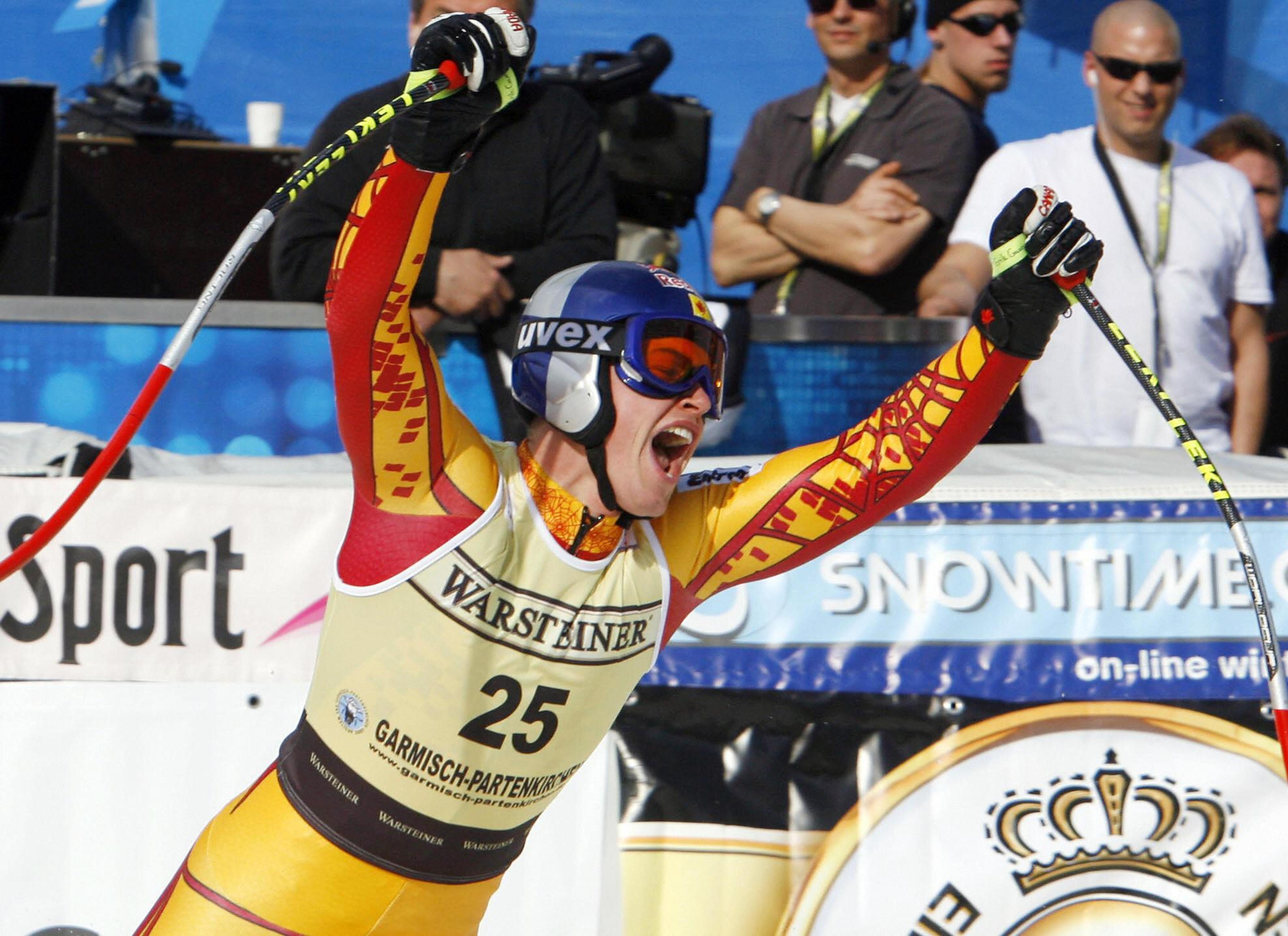 Erik Guay exulte en franchissant la ligne d'arrivée de la descente de Garmisch-Partenkirchen le 24 février 2007.