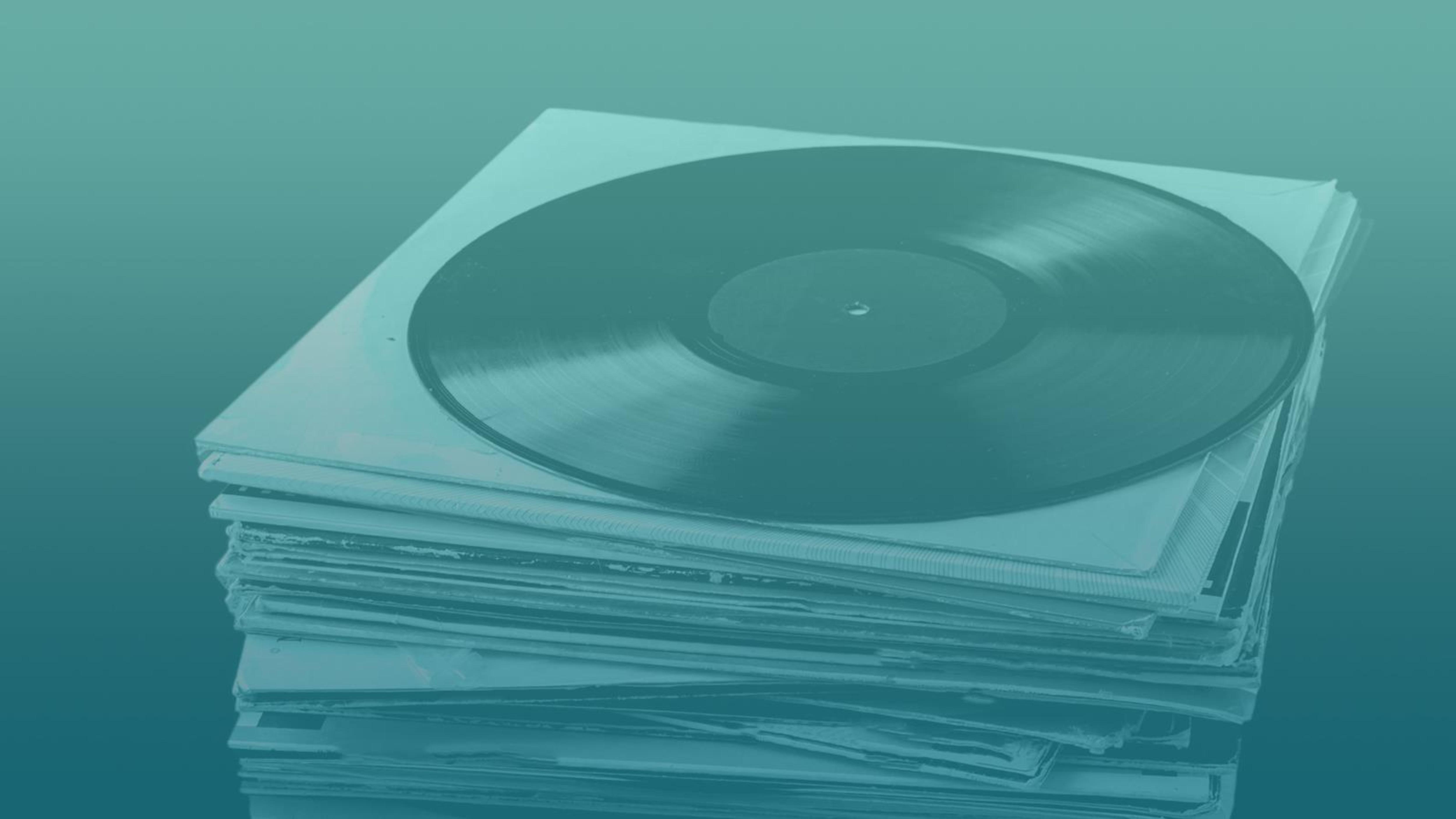 un pile de disques vinyles