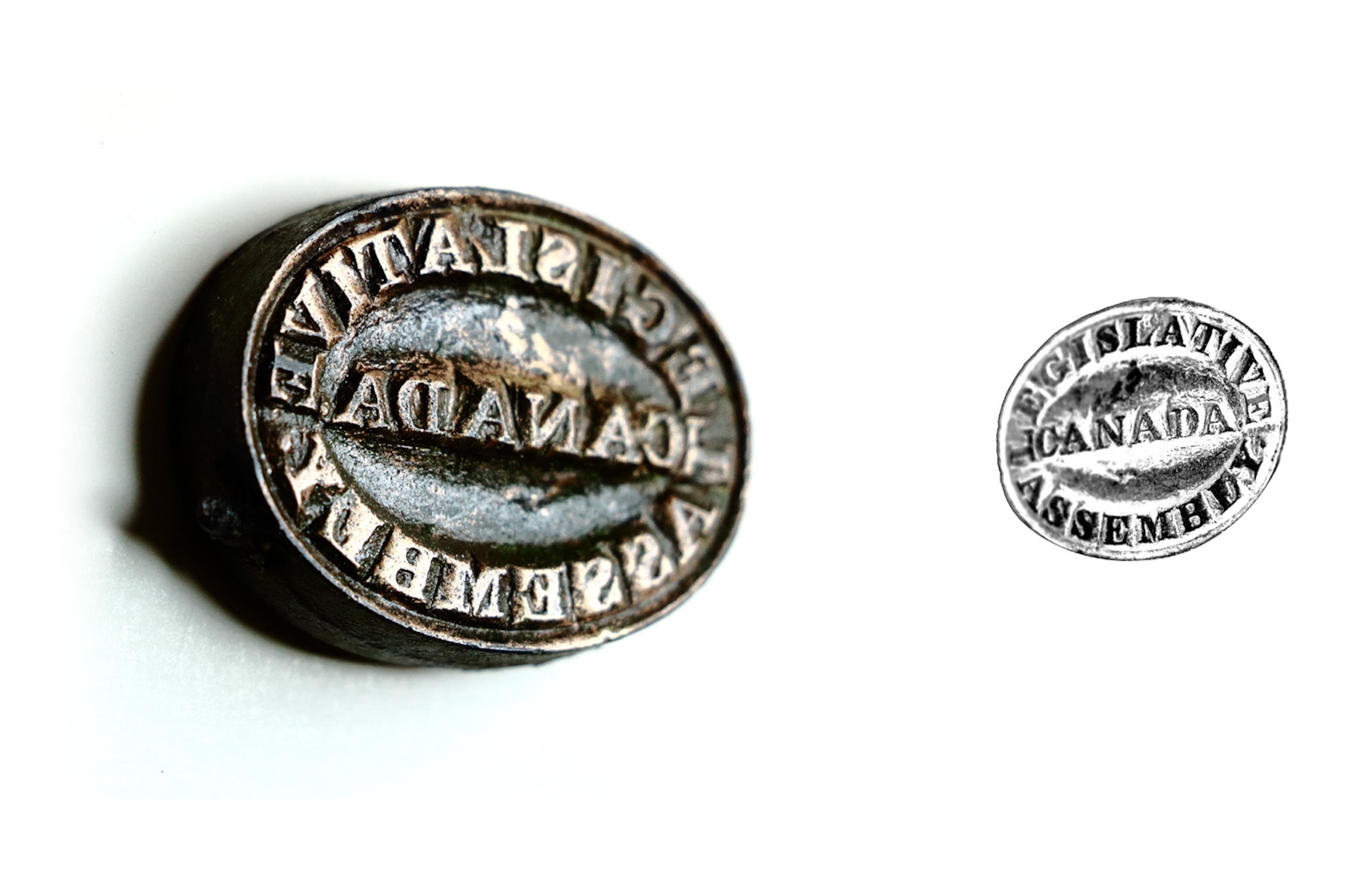Un tampon encreur en métal sur lequel il est écrit Legislative Assembly Canada
