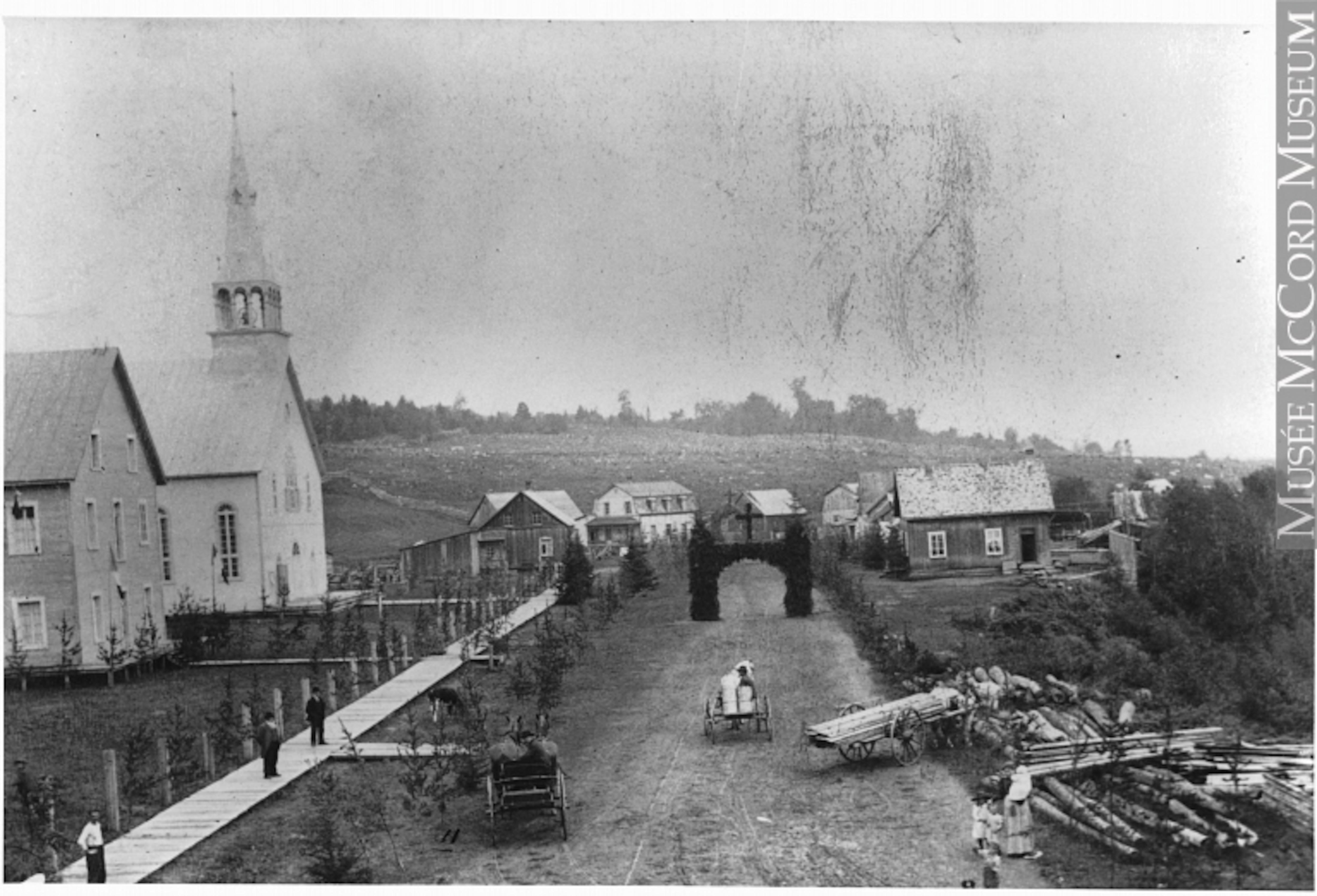 Une photographie en noir et blanc montrant la rue principale du petit village de L'Annonciation, au moment de la colonisation des Laurentides