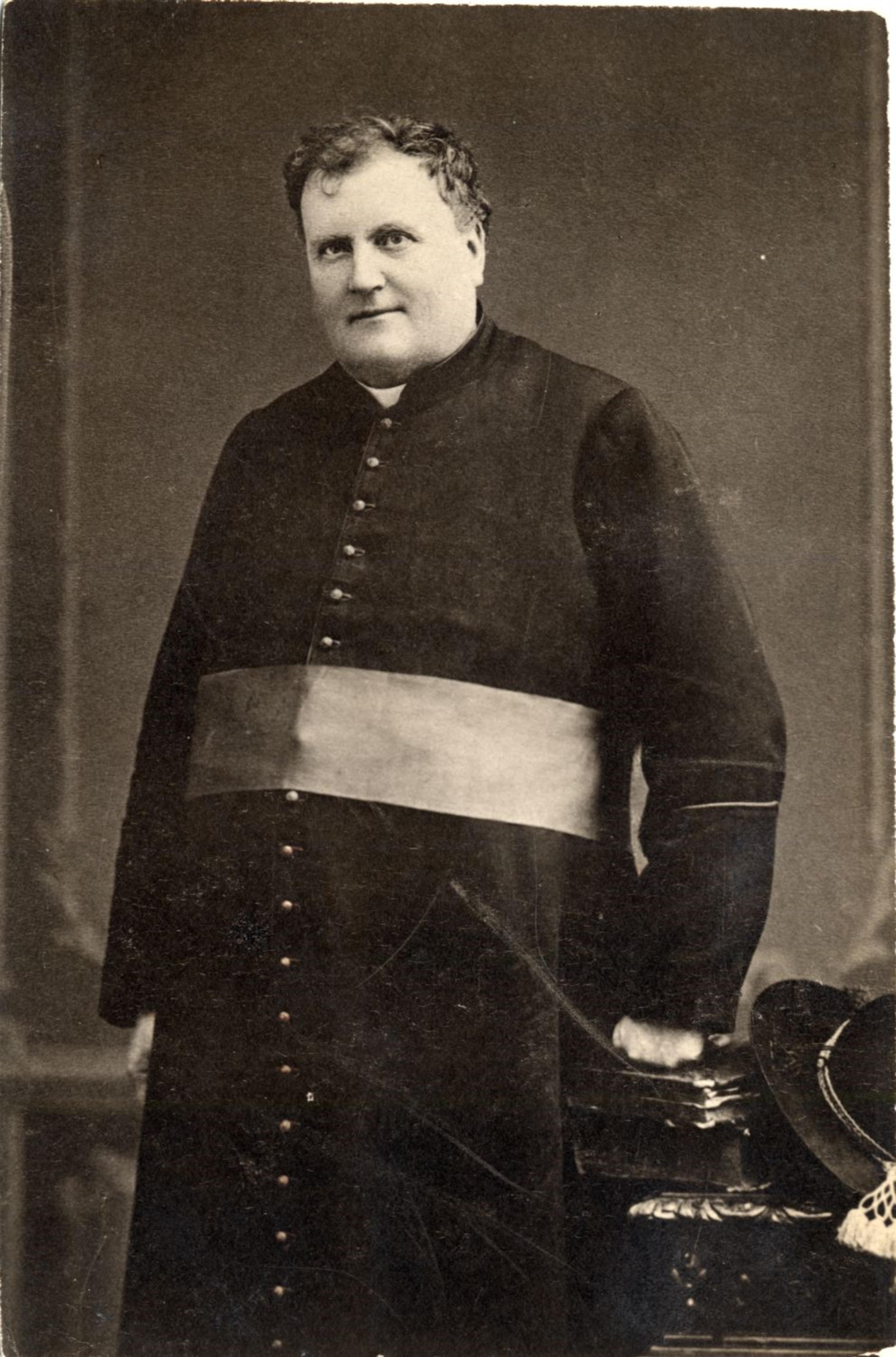Une photo en noir et blanc du curé Labelle