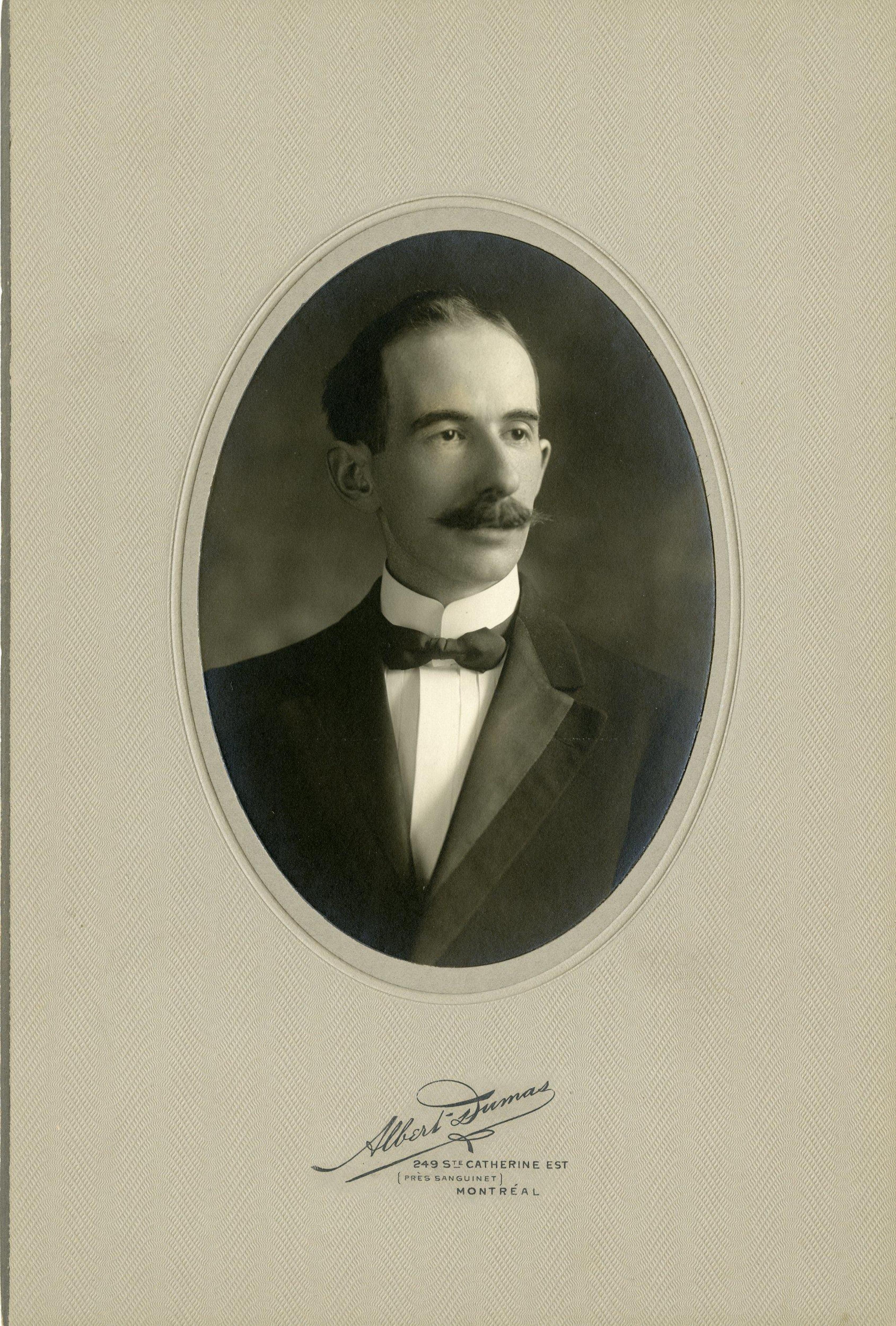 Portrait en noir et blanc d'un homme portant la moustache