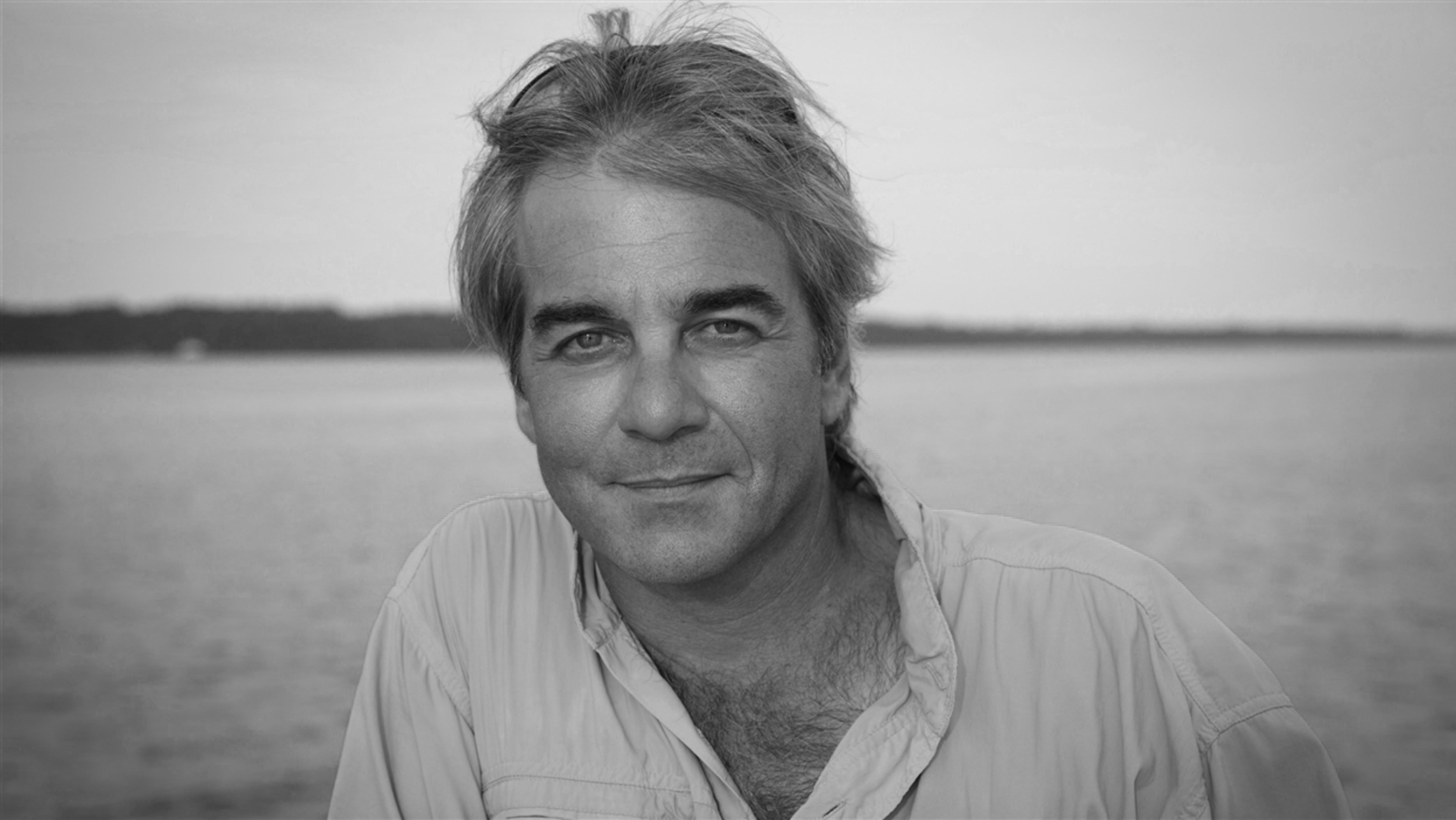 L'environnementaliste Jean Lemire prend la pose, sur une photo en noir et blanc.