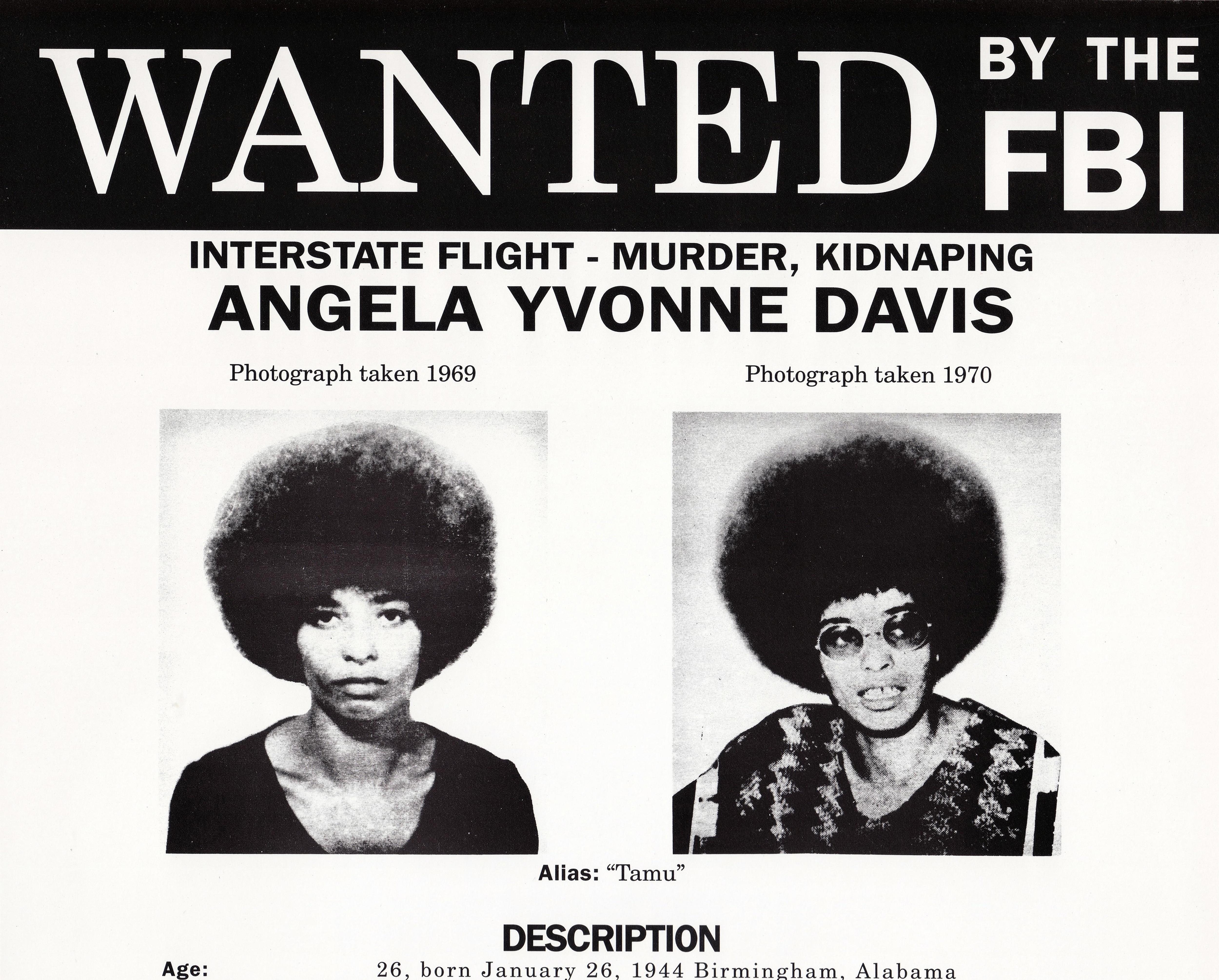 Avis de recherche du FBI pour Angela Yvonne Davis sur lequel on voit deux portraits de la militante.