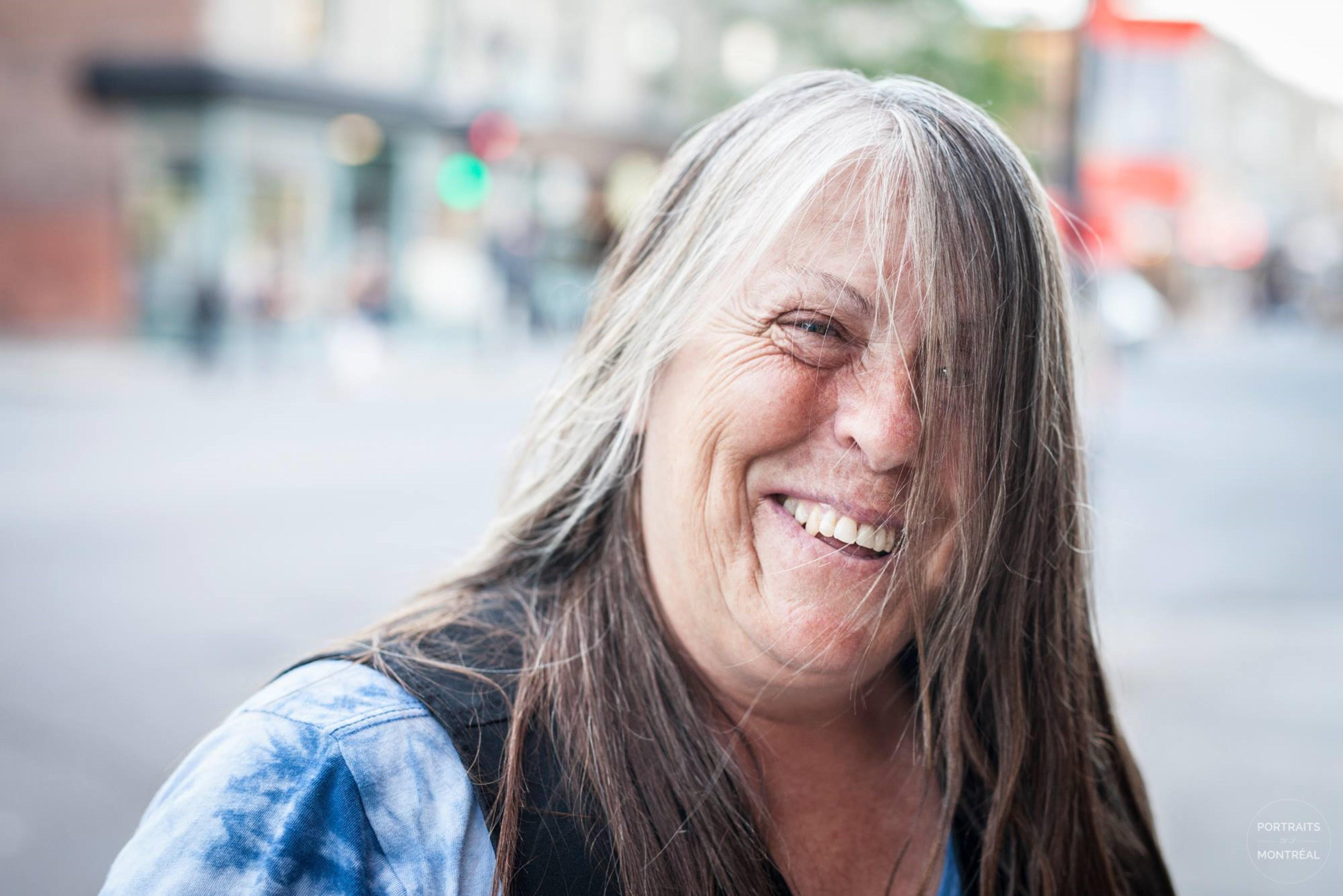 «J'ai toujours été complexée à cause de mon visage. Tu peux pas savoir comme c'est dur pour moi de me faire prendre en photo [...]» - Légende de la photo, sur la page Facebook de Portraits de/of Montreal