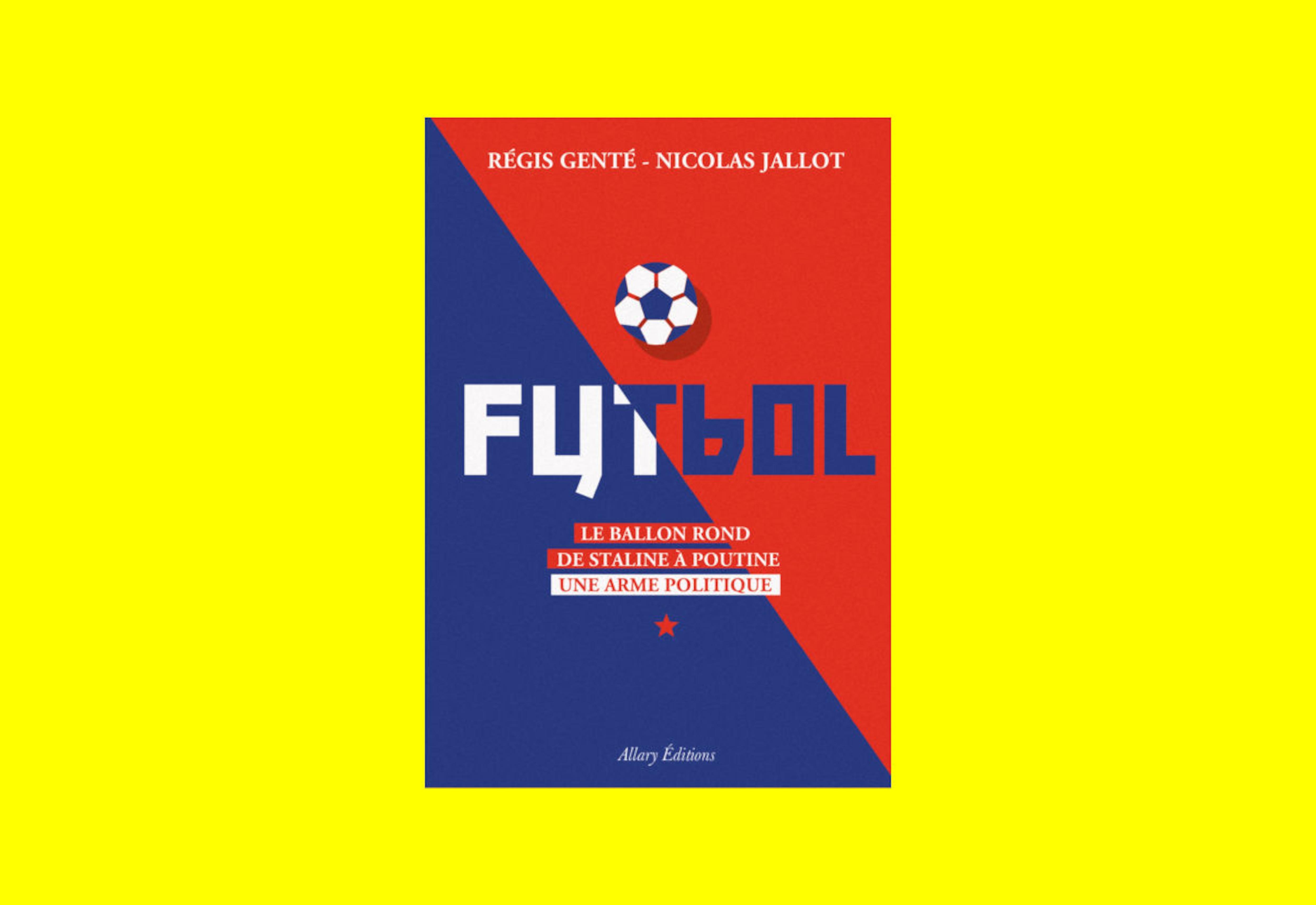 La couverture du livre Futbol – Le ballon rond de Staline à Poutine, une arme politique, de Régis Genté et Nicolas Jaillot