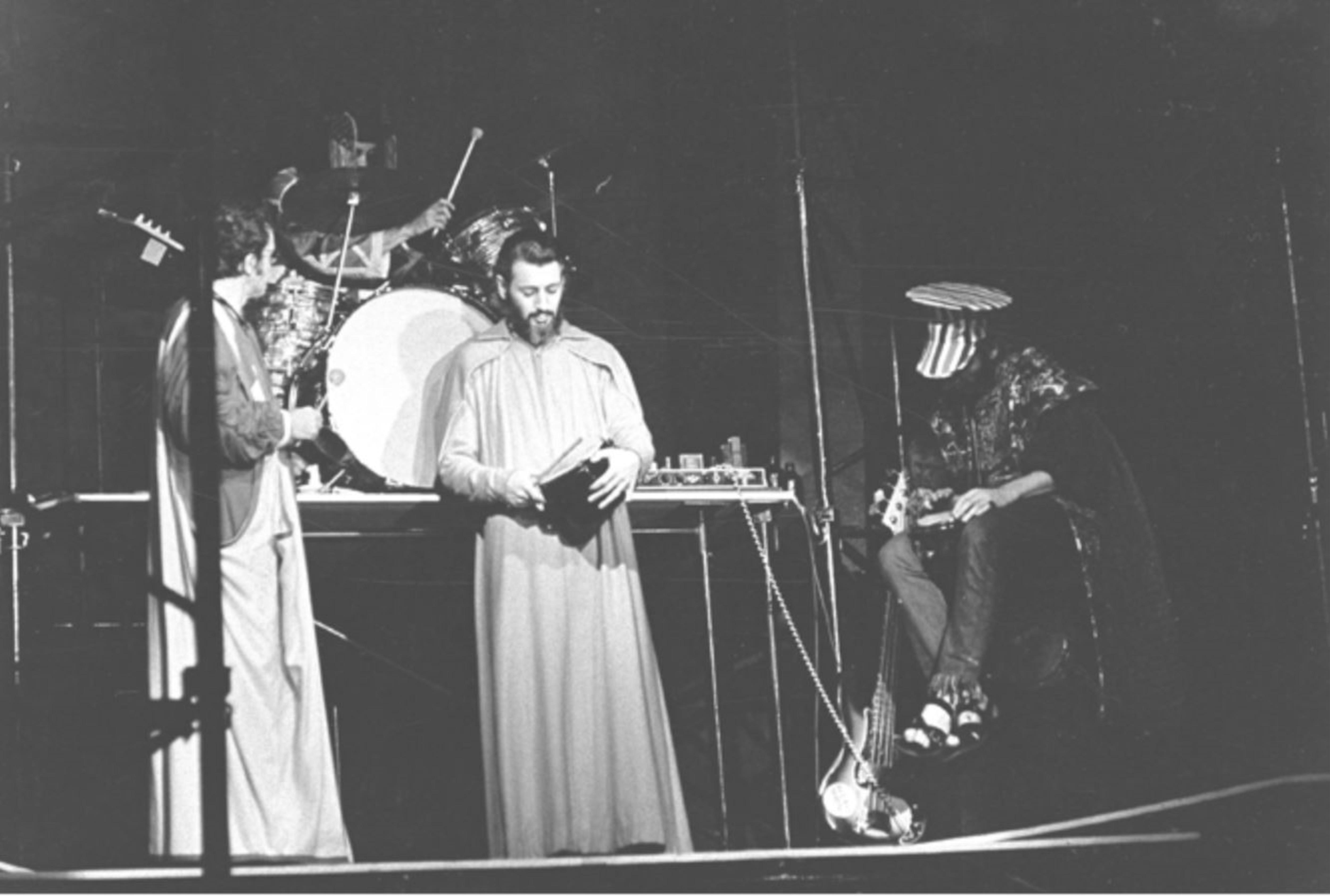 Le Quatuor du nouveau jazz libre du Québec participent à l'Osstidcho sur la scène du Quat'Sous, en 1968 (de gauche à droite : Jean Préfontaine, Guy Thouin, Yves Charbonneau et Maurice Richard)