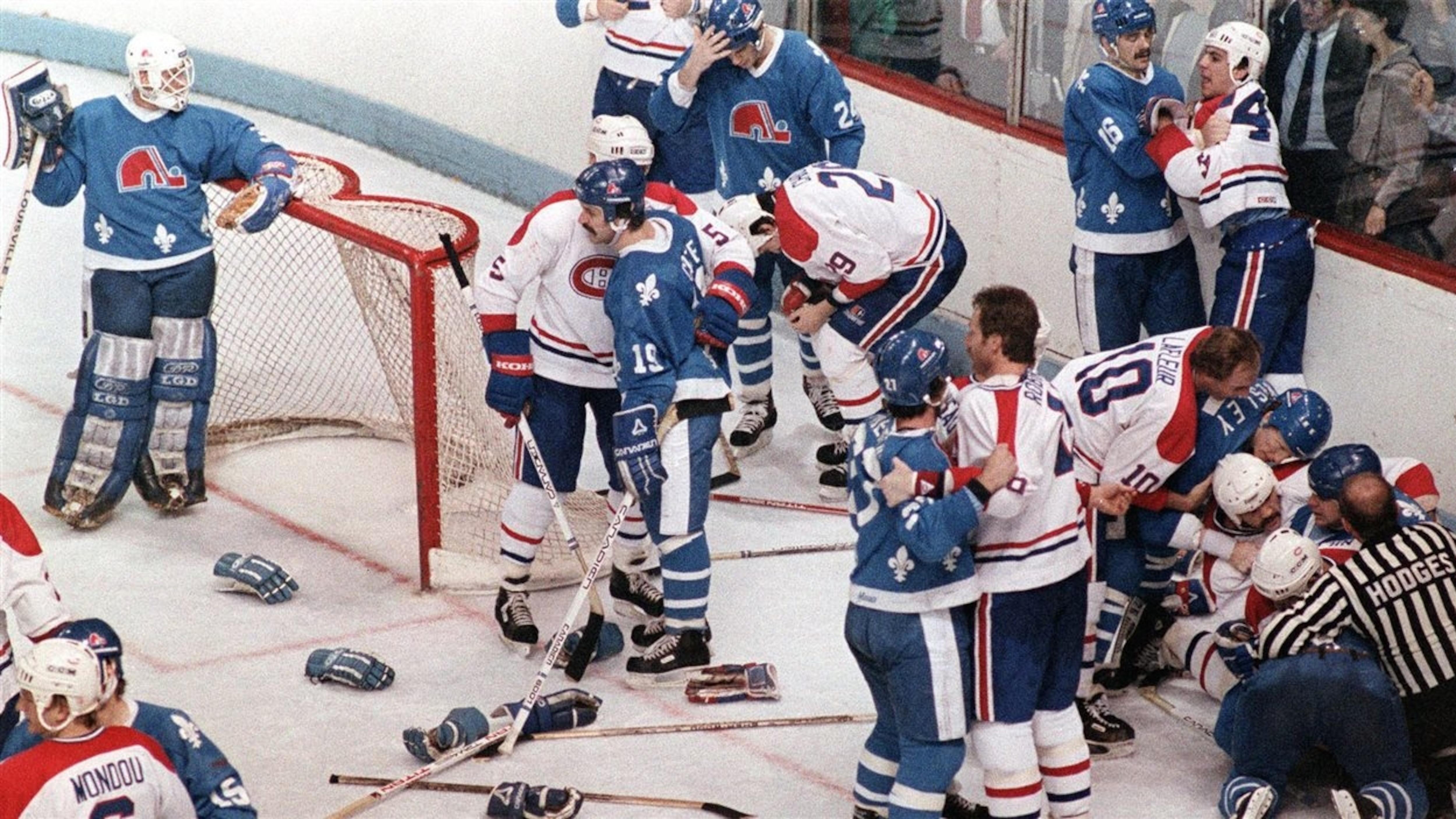 Des joueurs des Canadiens et des Nordiques lors de la bataille du Vendredi saint du 20 avril 1984