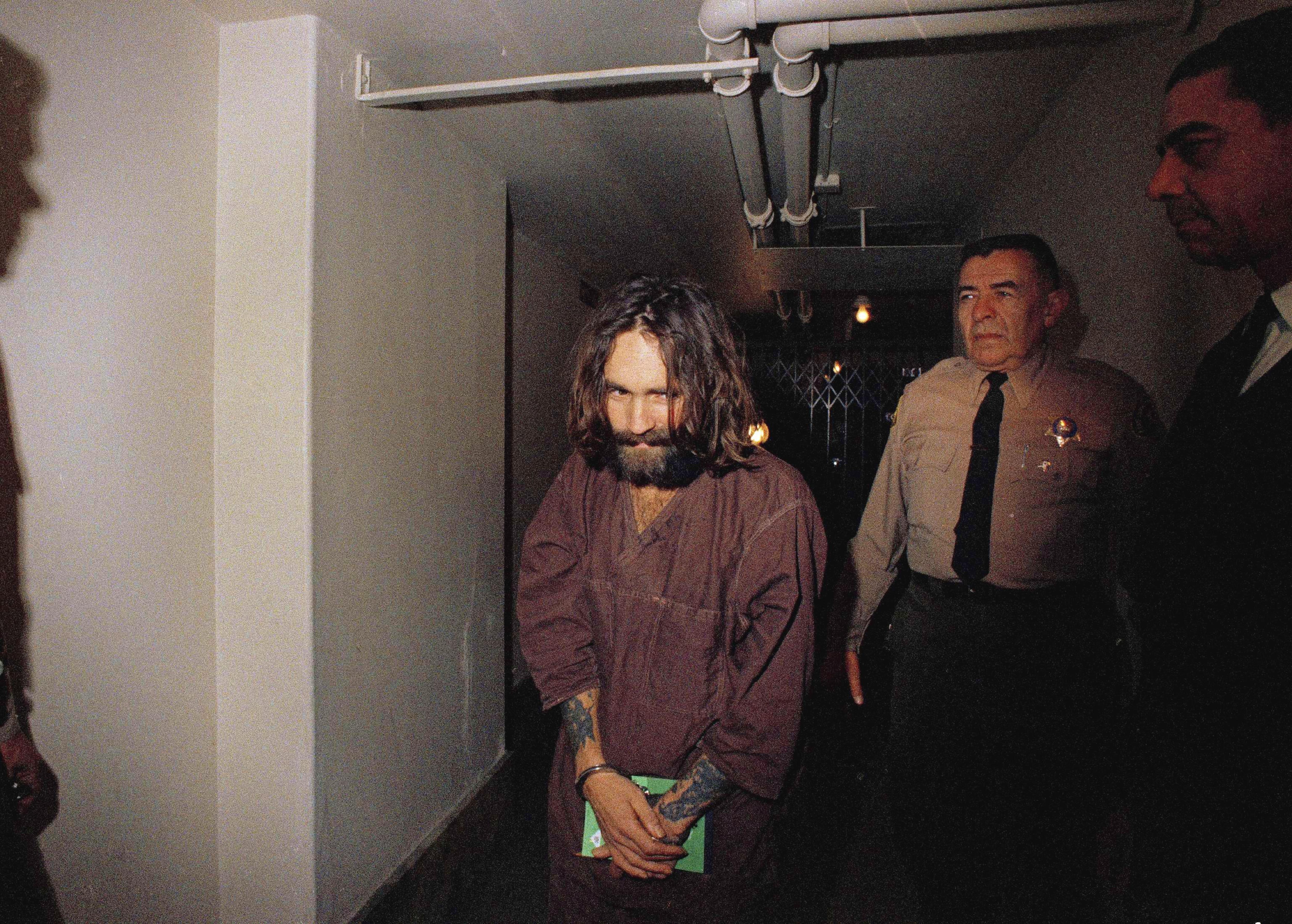 En 1969, Charles Manson est escorté en cour, à Los Angeles