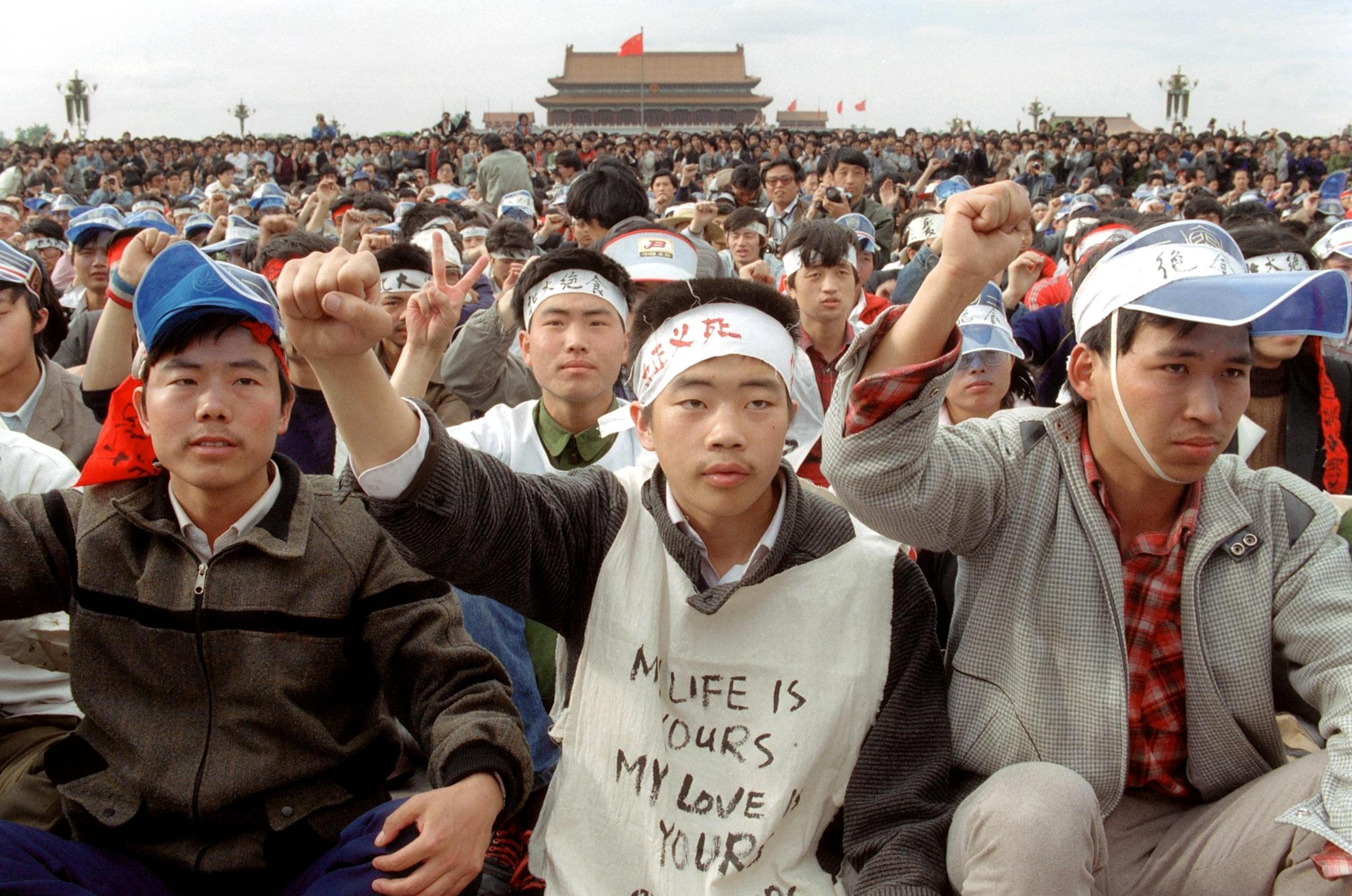 Le 18 mai 1989, des étudiants universitaires manifestent sur la place Tiananmen, à Pékin.