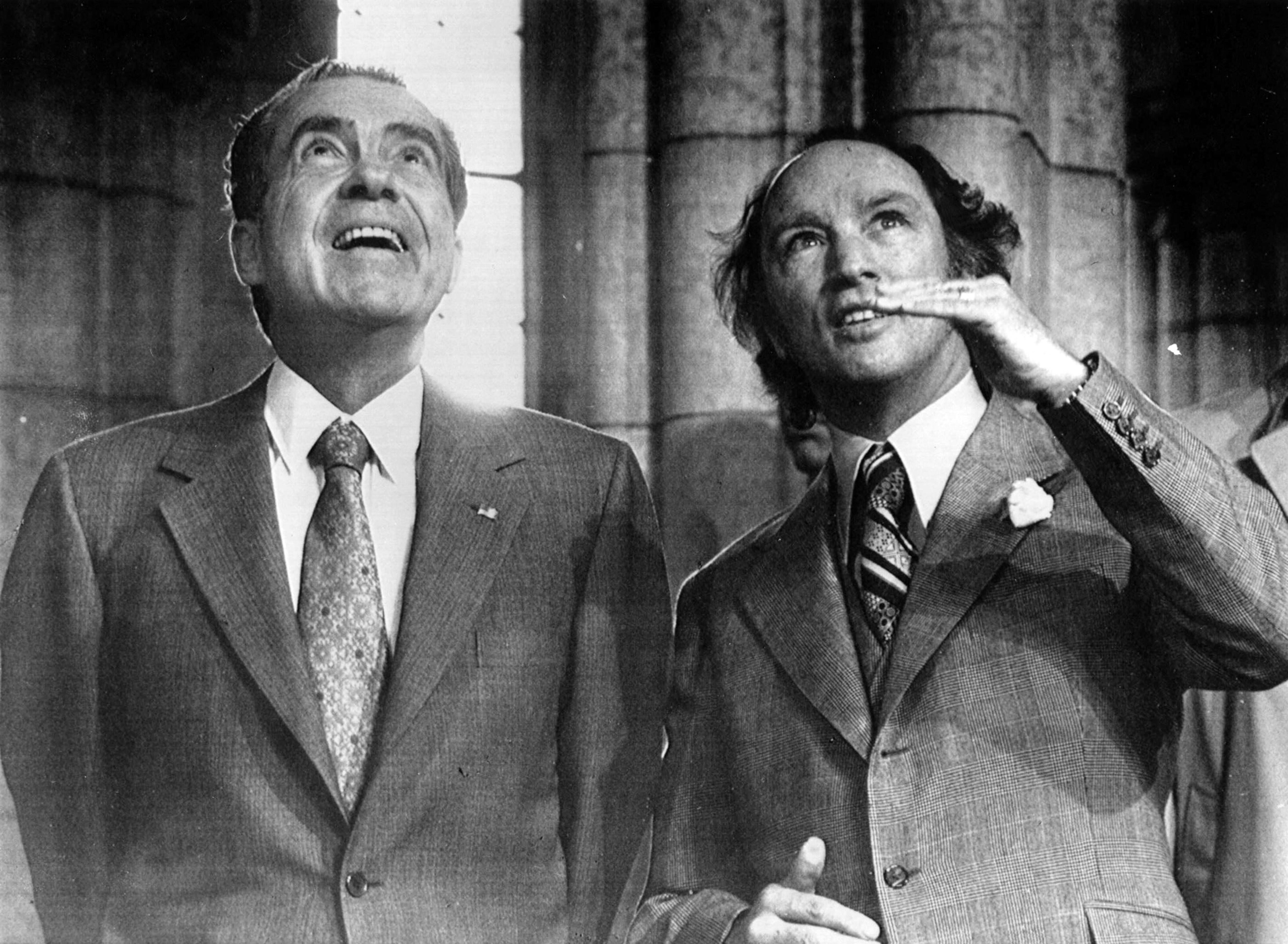 En 1972 à Ottawa, Richard Nixon et Pierre Elliott Trudeau lèvent les yeux en l'air.