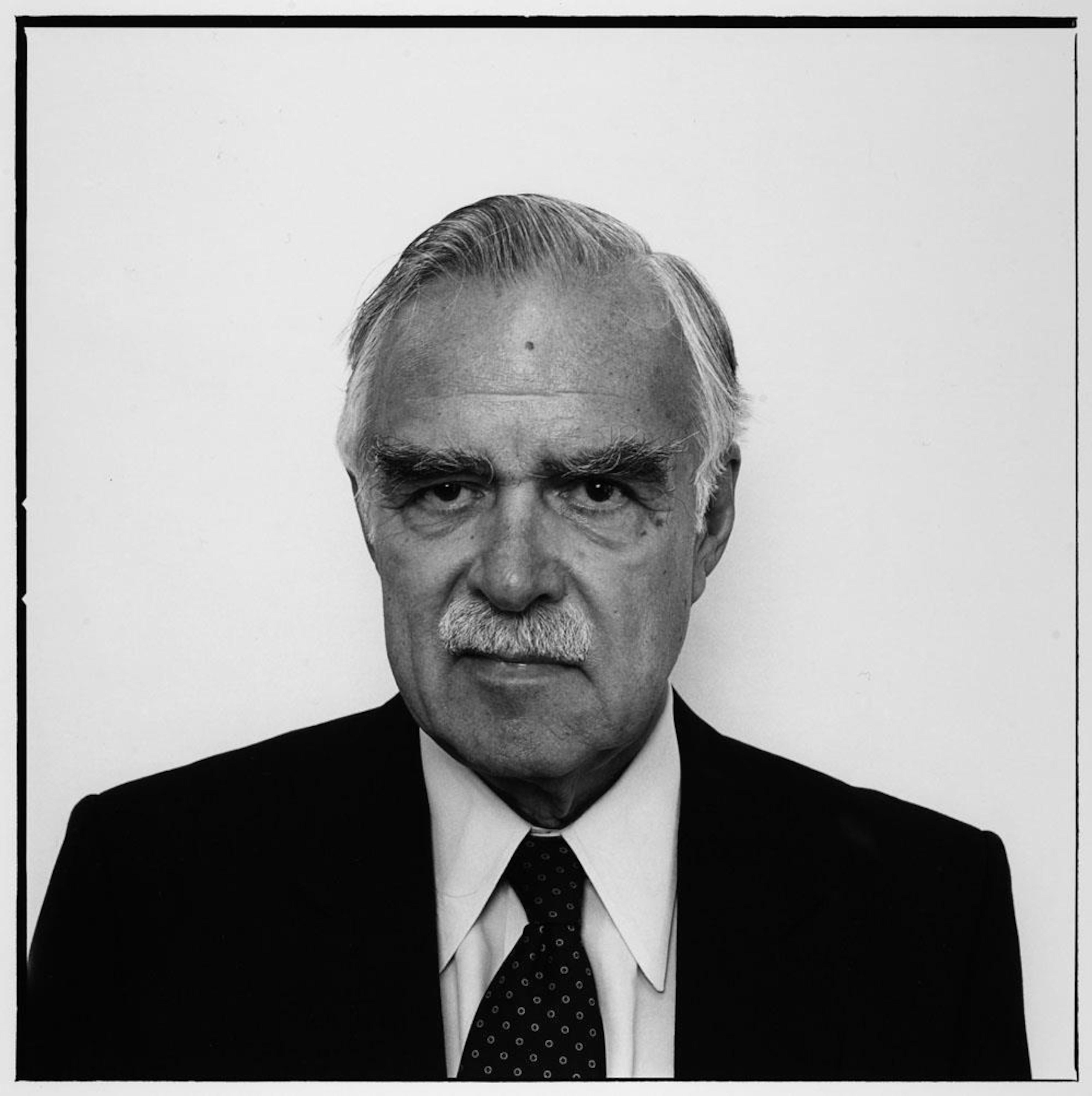 Photo en noir et blanc juste de la tête et des épaules du politicien vêtu d'un habit foncé.