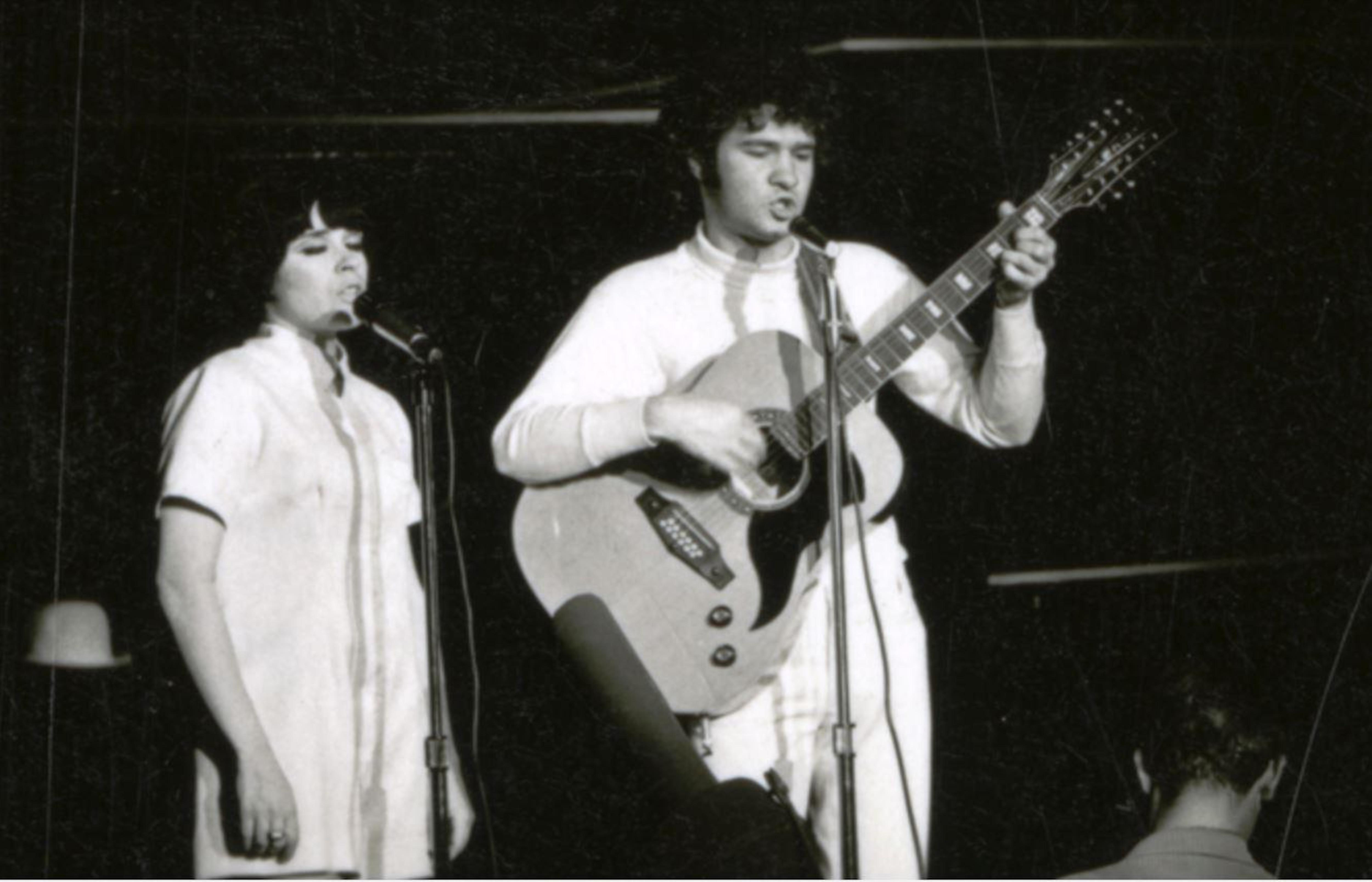 Louise Forestier et Robert Charlebois chantent sur la scène du Théâtre de Quat'Sous lors de l'Osstidcho, en 1968.
