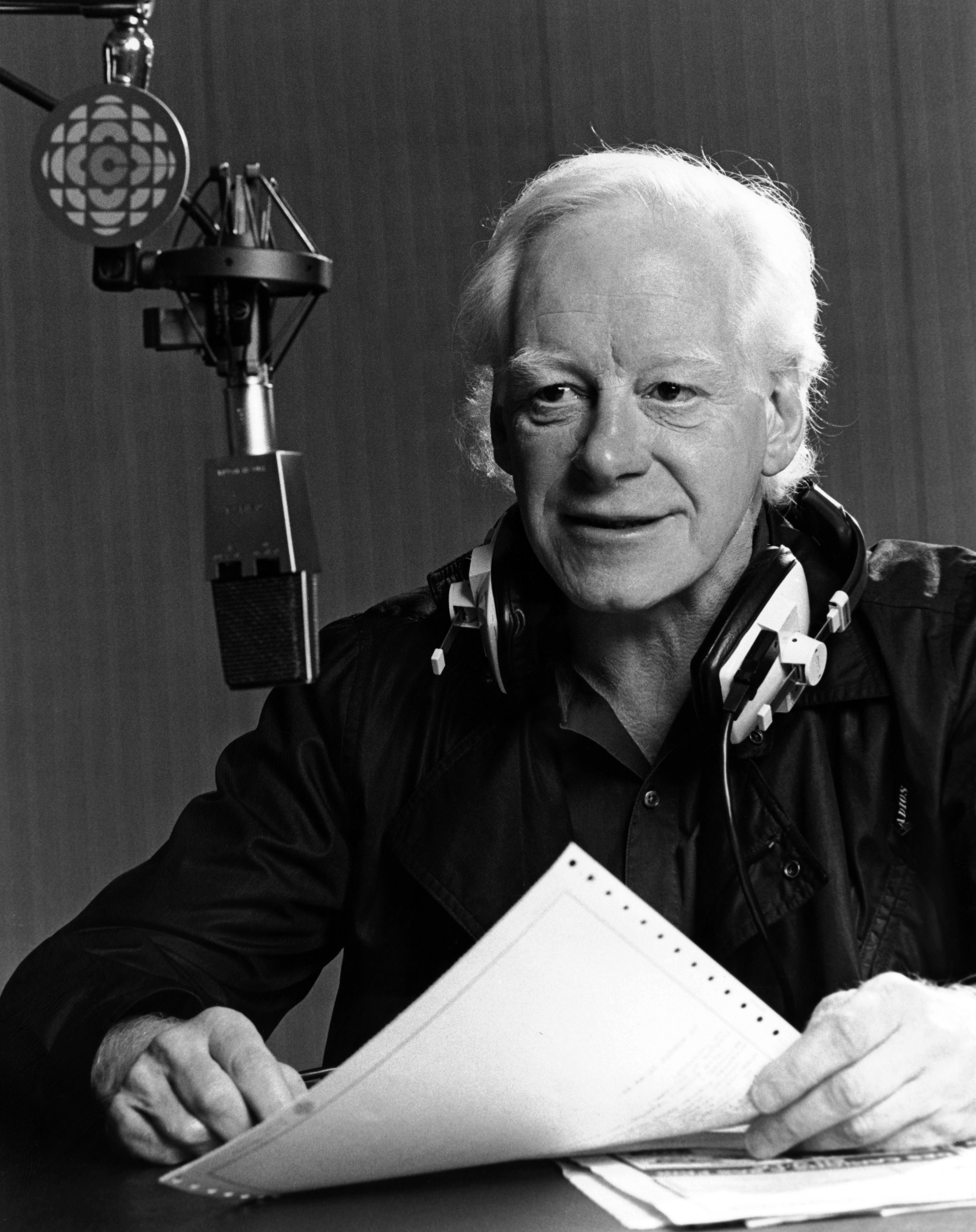 Pierre Bourgault se tient devant un micro, à Radio-Canada, en 1986.