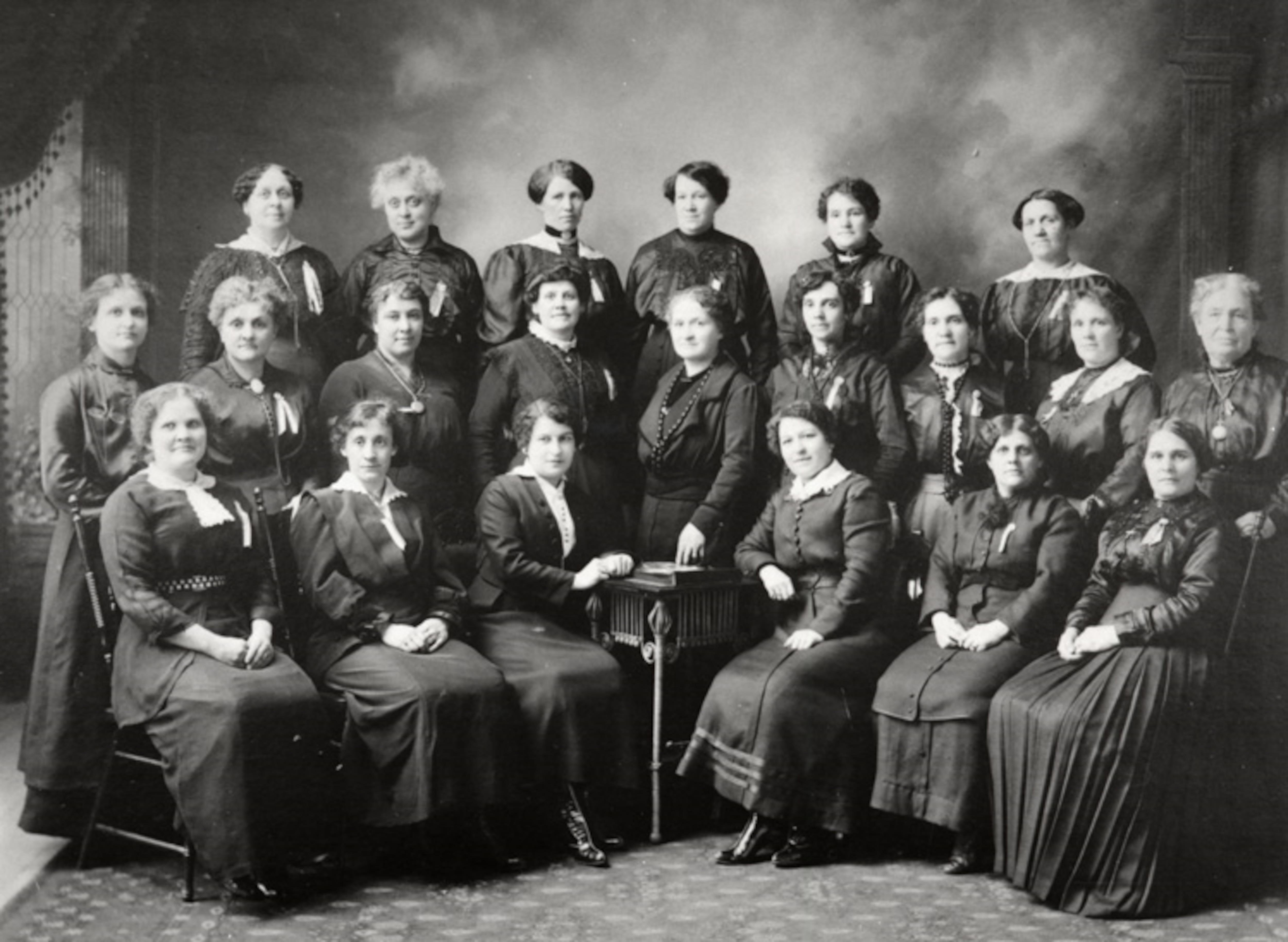 Diane et Béatrice Desloges, ainsi que les gardiennes de l'école Guigues d'Ottawa en 1913