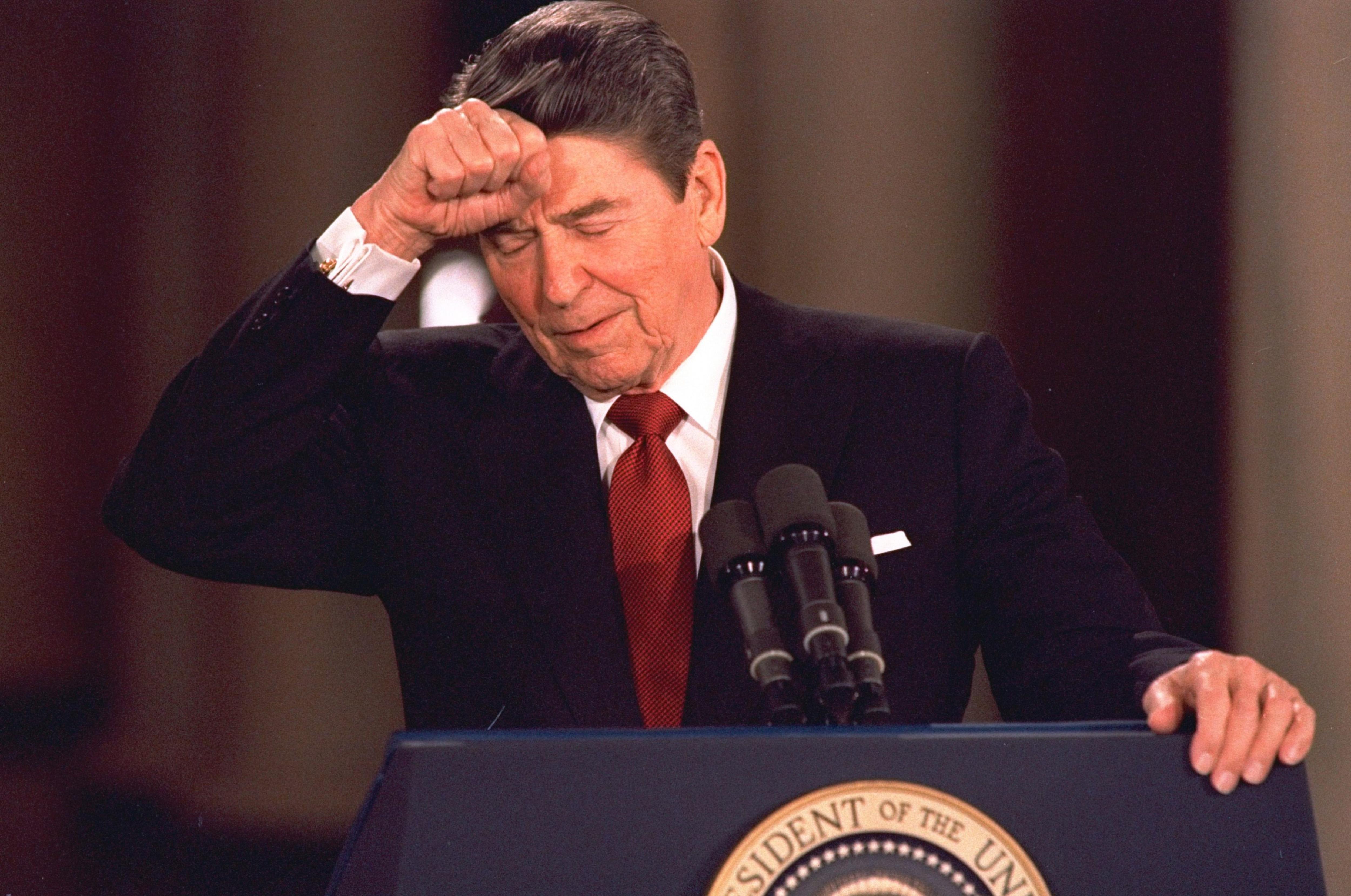 En mars 1987, le président Ronald Reagan admet en conférence de presse que son gouvernement a commis des erreurs.