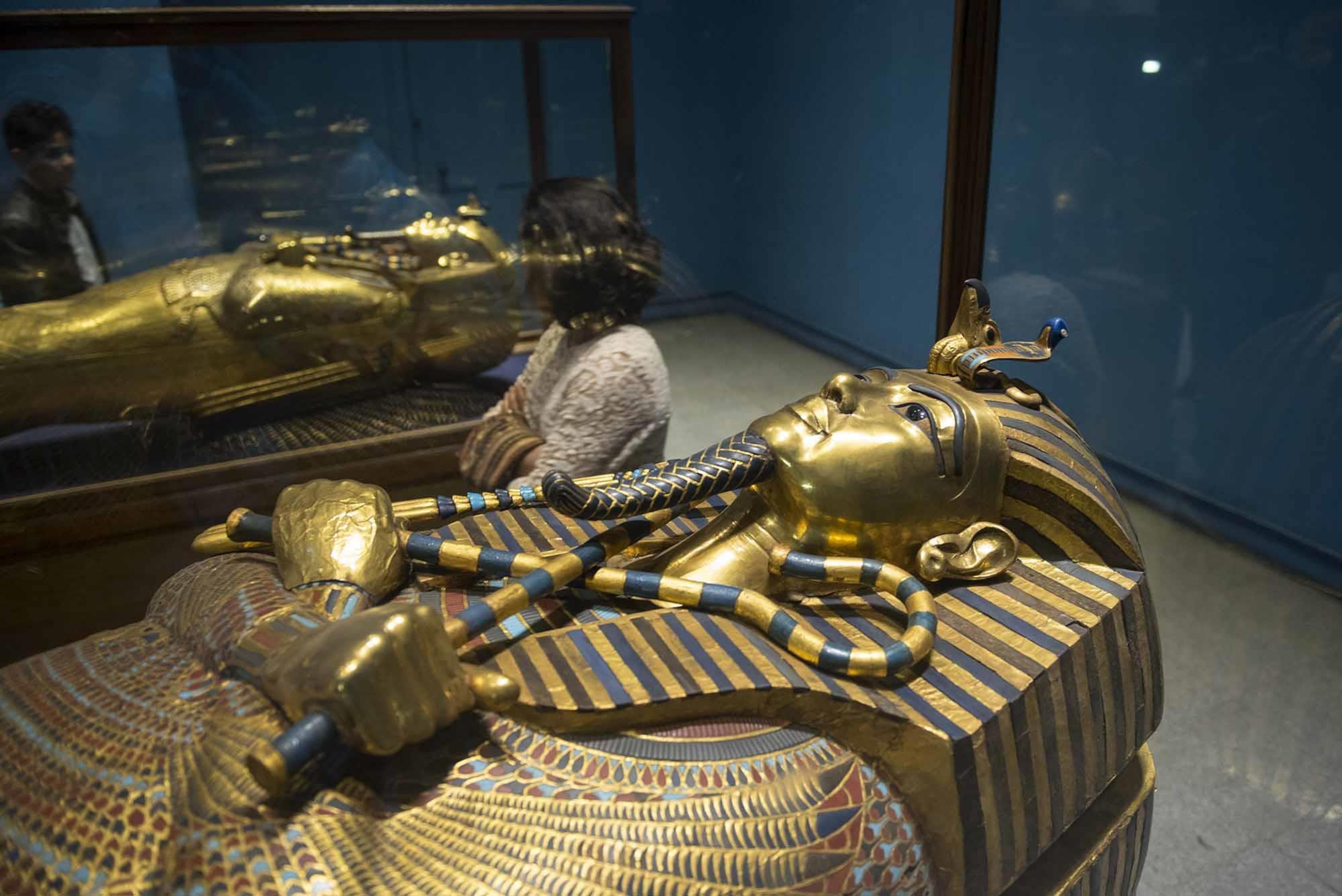 Un sarcophage égyptien est exposé dans un musée.