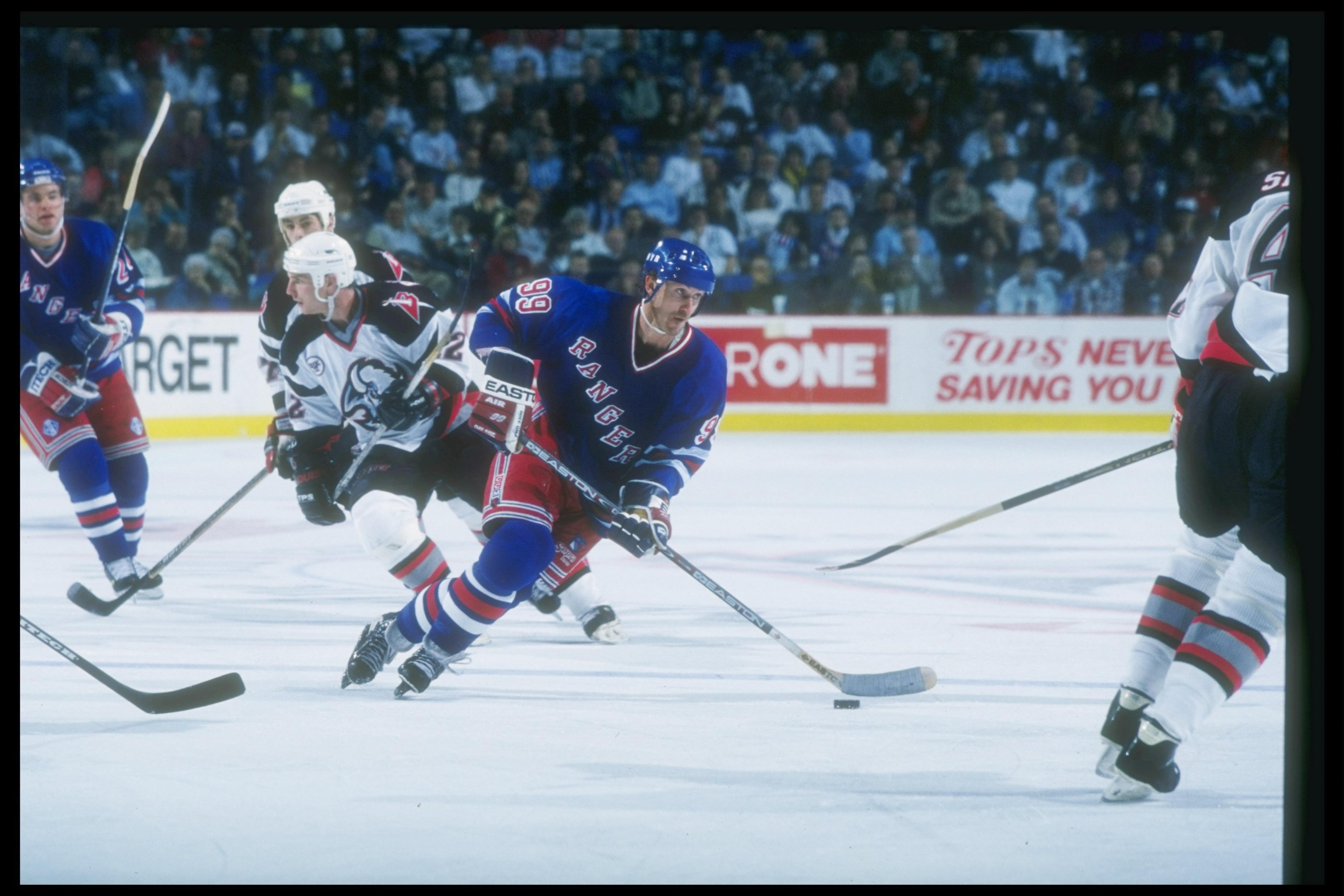 Wayne Gretzky prend possession de la rondelle lors d'un match contre les Sabres de Buffalo, en décembre 1996.